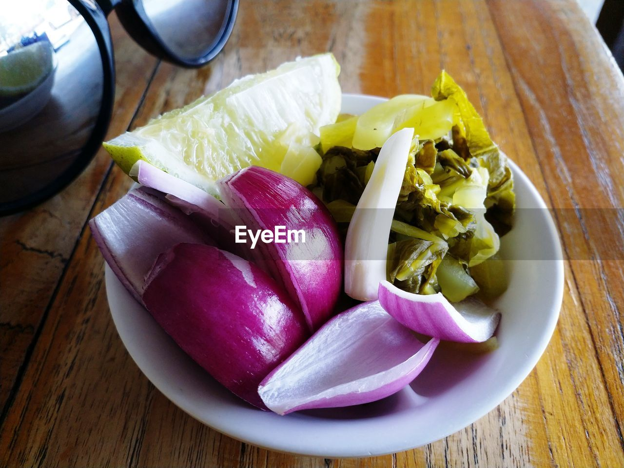 food, food and drink, freshness, vegetable, table, wellbeing, healthy eating, onion, indoors, close-up, still life, raw food, wood - material, no people, purple, pink color, slice, high angle view, plate, chopped, vegetarian food