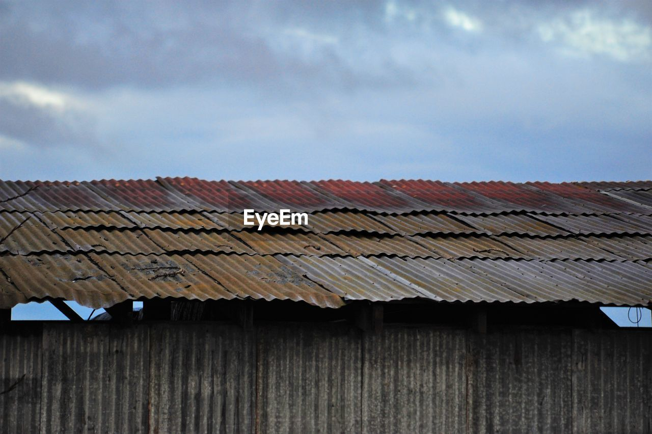 roof, architecture, building exterior, roof tile, built structure, day, no people, house, outdoors, sky, wood - material, tiled roof, cloud - sky, corrugated iron, agricultural building