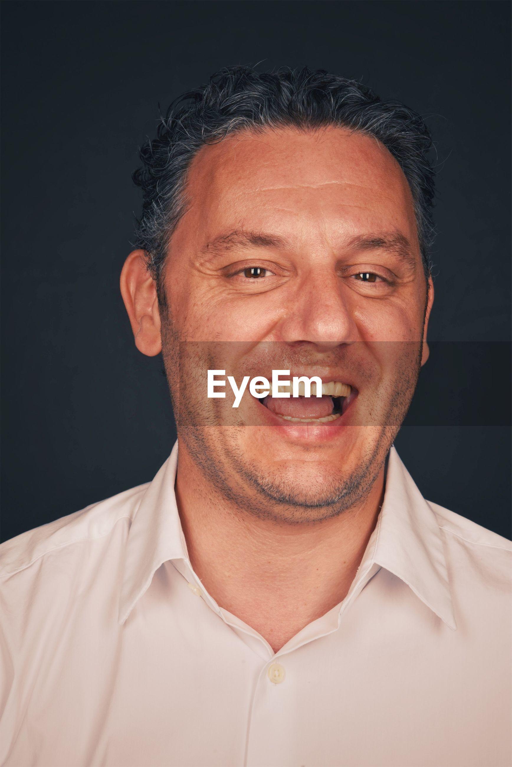 CLOSE-UP PORTRAIT OF A SMILING MAN