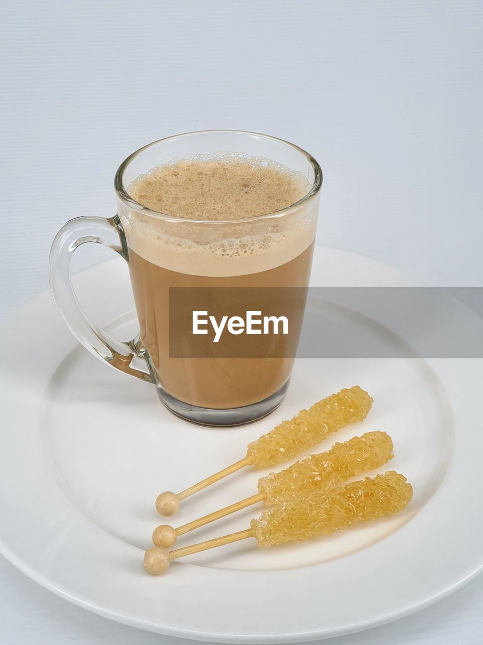 HIGH ANGLE VIEW OF COFFEE IN GLASS