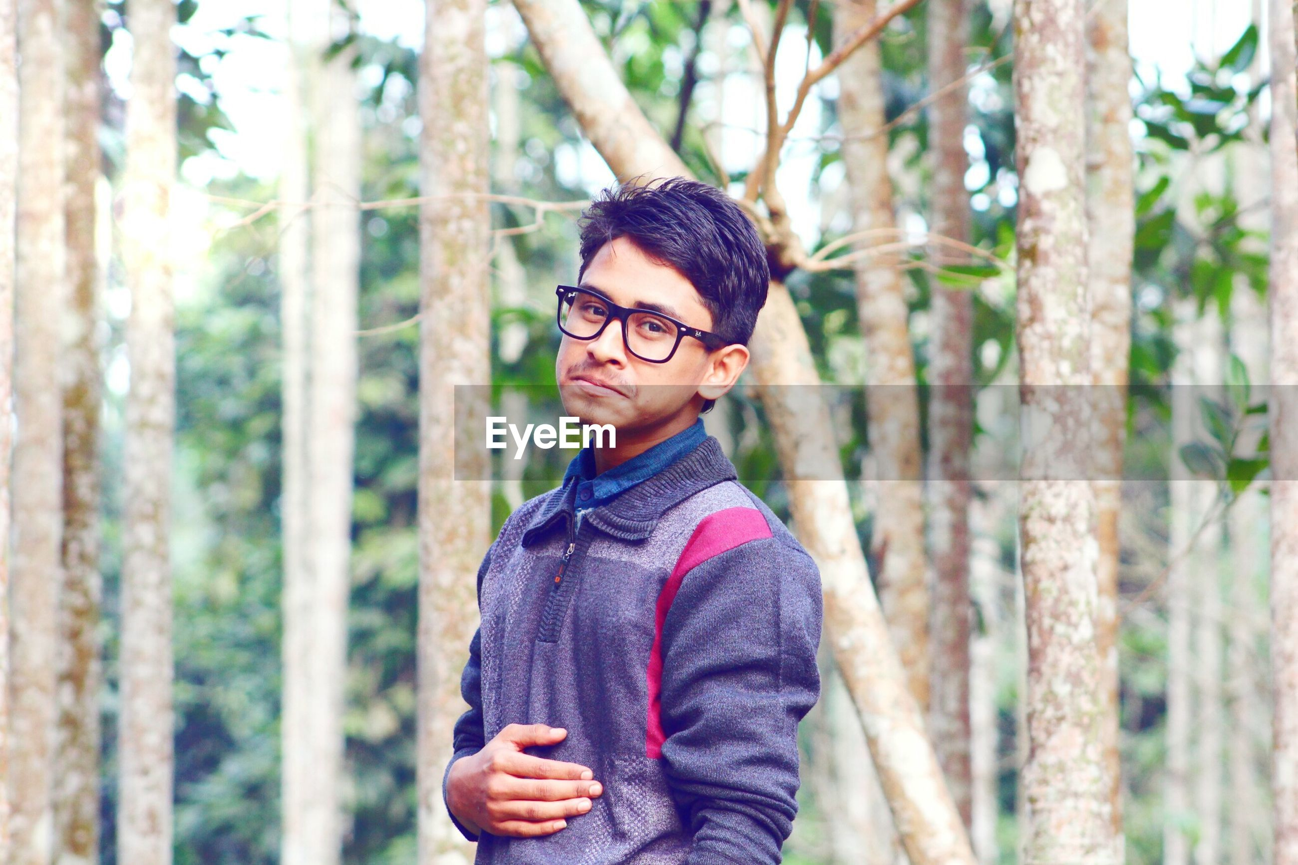 young adult, looking at camera, person, portrait, lifestyles, focus on foreground, casual clothing, leisure activity, front view, smiling, young men, waist up, sunglasses, standing, happiness, tree