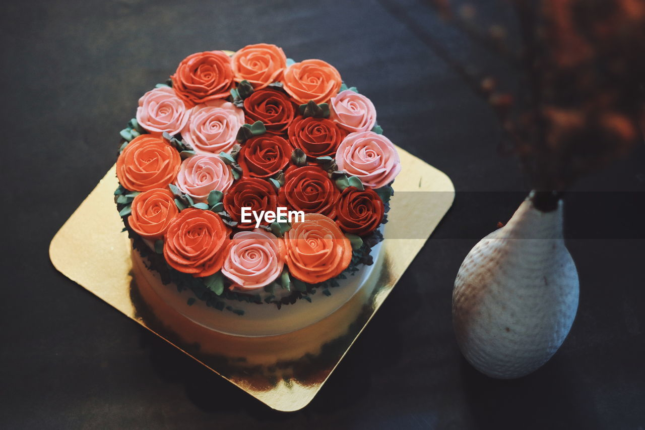 HIGH ANGLE VIEW OF ROSES IN POT ON TABLE