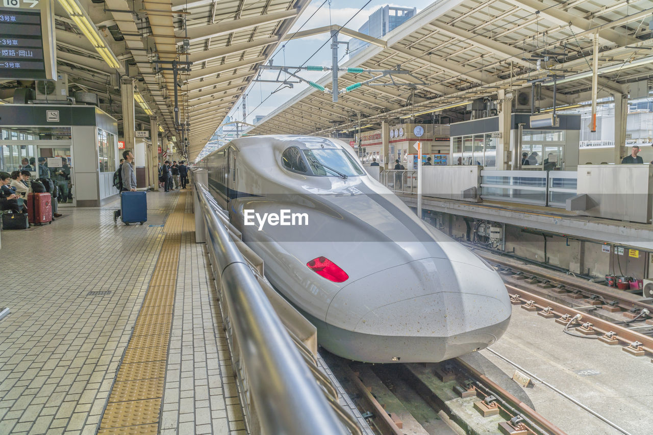 transportation, mode of transportation, public transportation, rail transportation, architecture, travel, incidental people, railroad station, train, indoors, built structure, railroad station platform, real people, train - vehicle, men, land vehicle, group of people, lifestyles, track, day, subway train