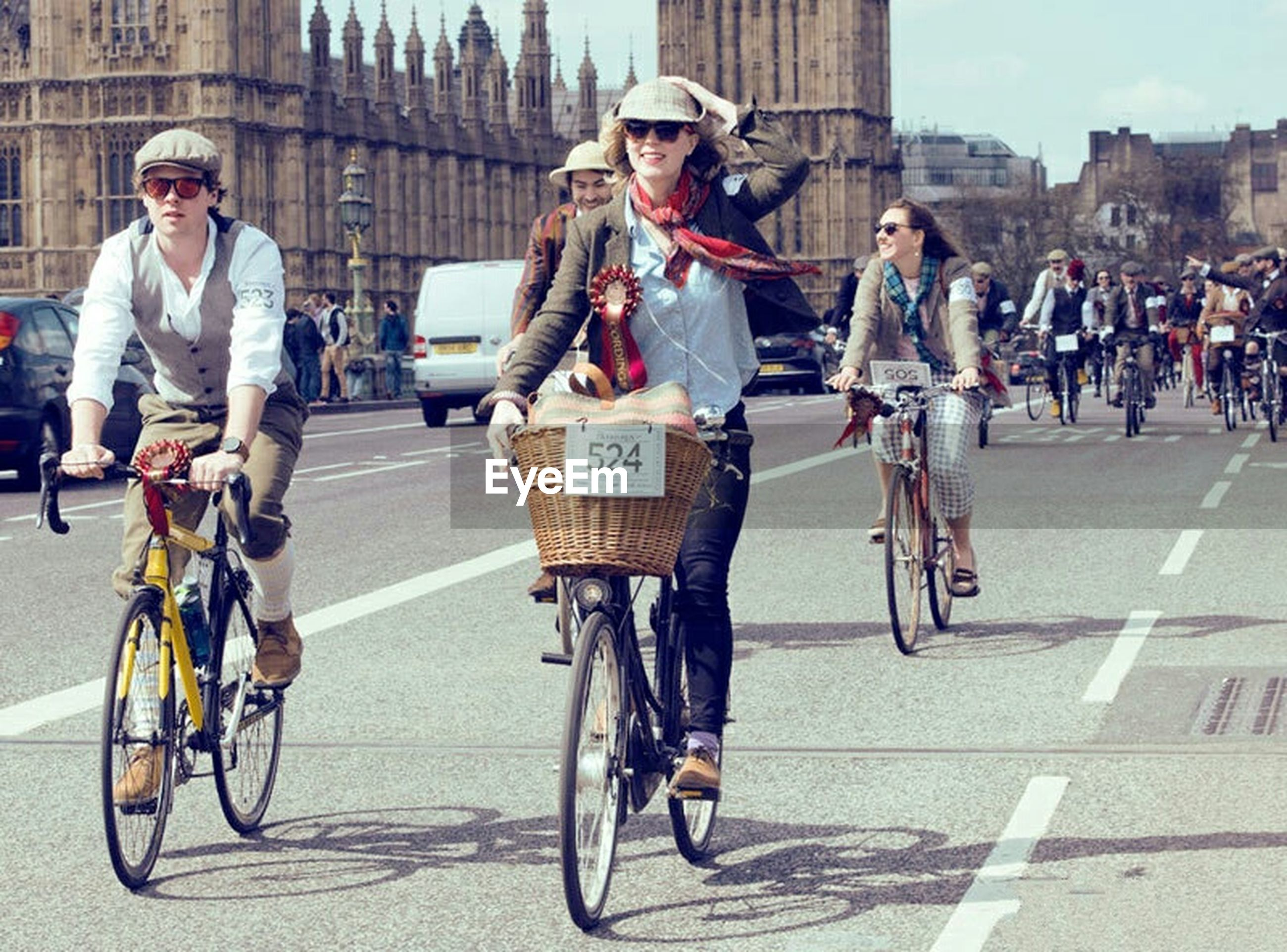 bicycle, transportation, mode of transport, full length, land vehicle, lifestyles, men, street, riding, casual clothing, building exterior, leisure activity, city, architecture, city life, built structure, travel, large group of people, walking
