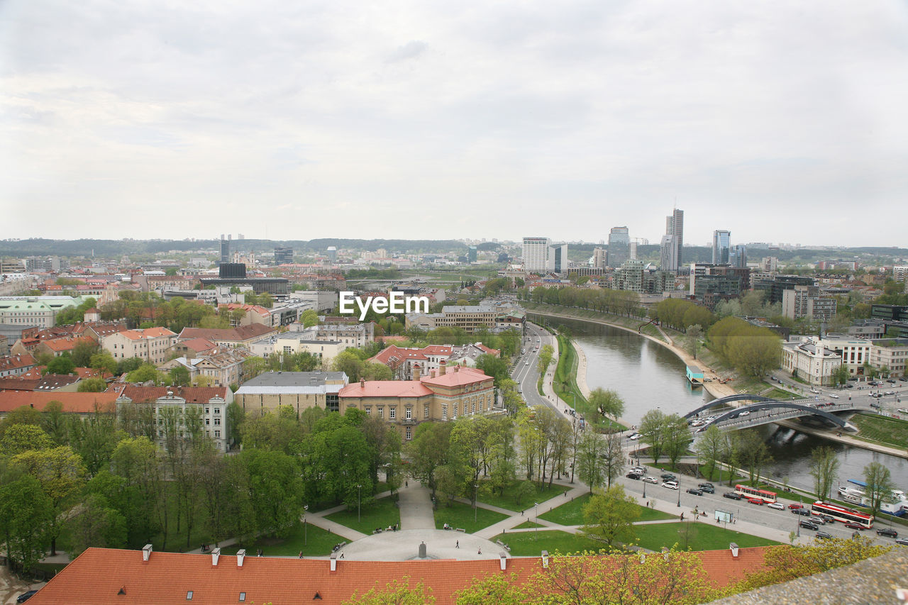 HIGH ANGLE VIEW OF RIVER AND CITYSCAPE AGAINST SKY