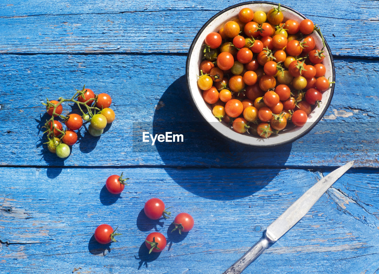 wood - material, tomato, food and drink, no people, blue, studio shot, fruit, bowl, vegetable, indoors, high angle view, healthy eating, freshness, day, black olive, ready-to-eat, close-up