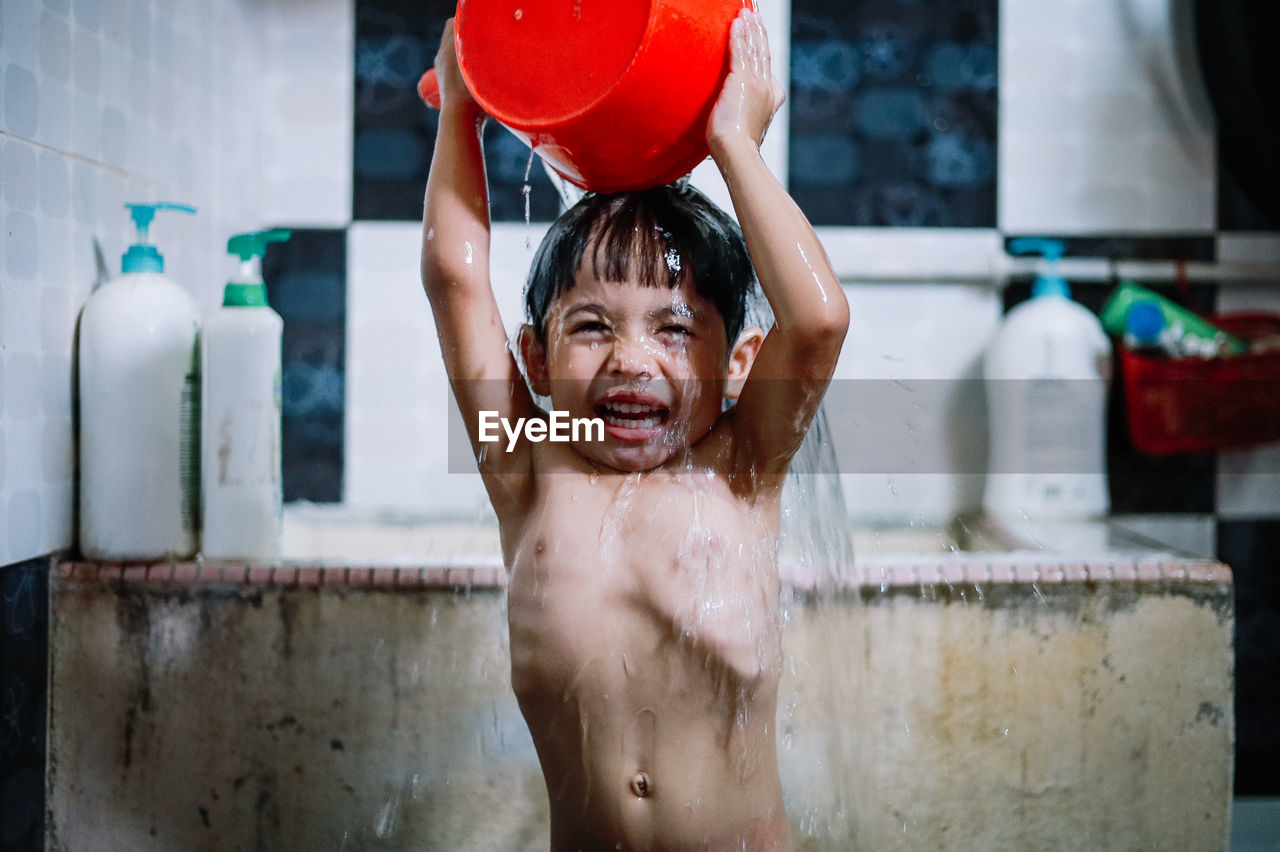 childhood, child, shirtless, one person, boys, front view, lifestyles, real people, bathtub, taking a bath, males, men, enjoyment, portrait, domestic room, emotion, water, domestic bathroom, innocence, mouth open, human arm