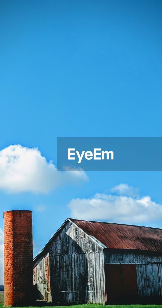 architecture, sky, built structure, building exterior, cloud - sky, building, day, nature, blue, house, copy space, no people, outdoors, low angle view, residential district, barn, sunlight, wood - material, old, agricultural building