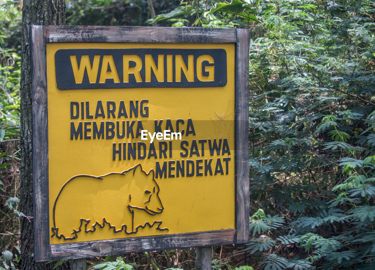CLOSE-UP OF YELLOW SIGN