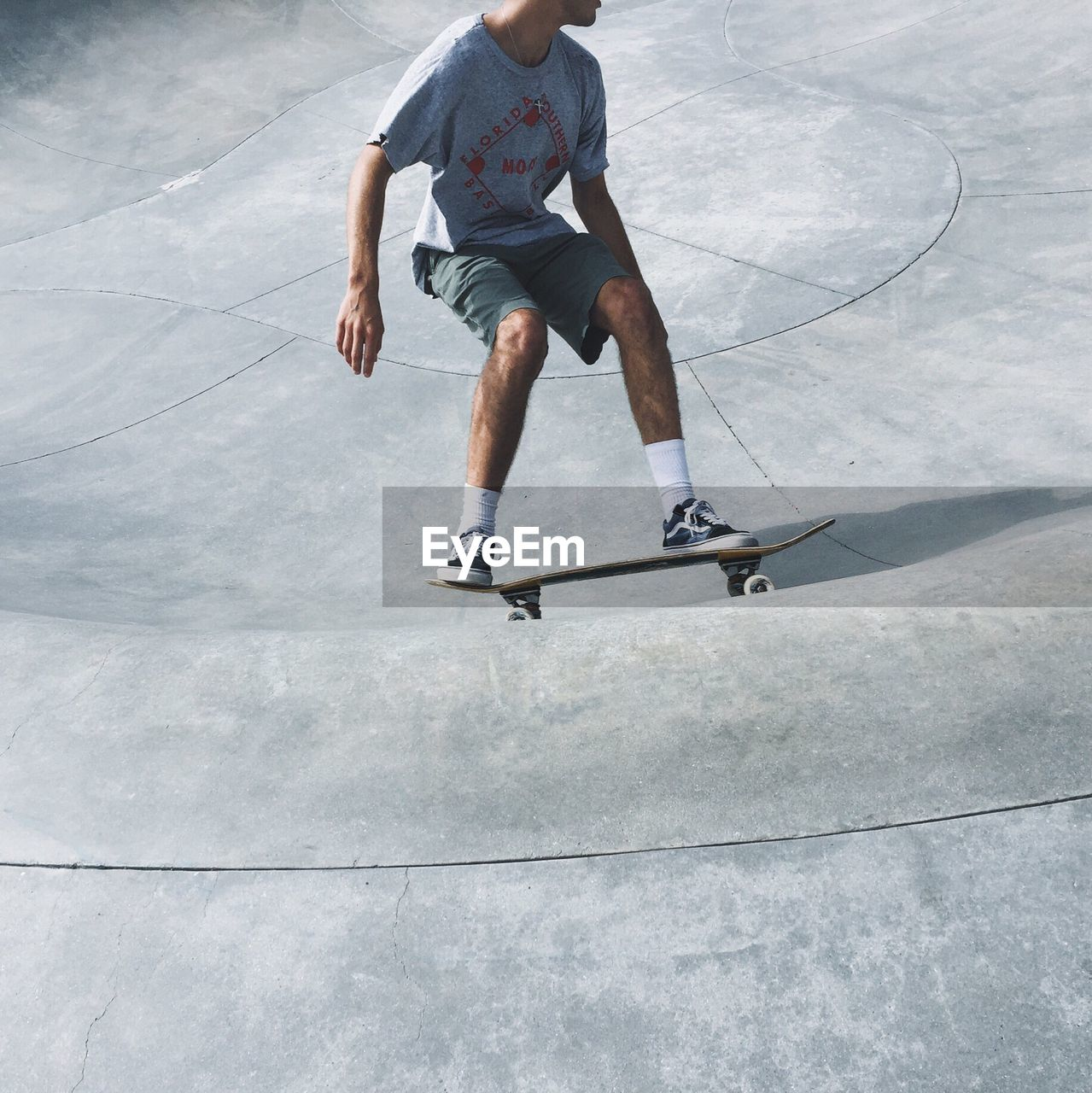 skill, one person, leisure activity, real people, skateboard, sport, men, lifestyles, day, motion, outdoors, full length, skateboard park, playing, basketball - sport, court, sports clothing, low section, sportsman, young adult, adult, people