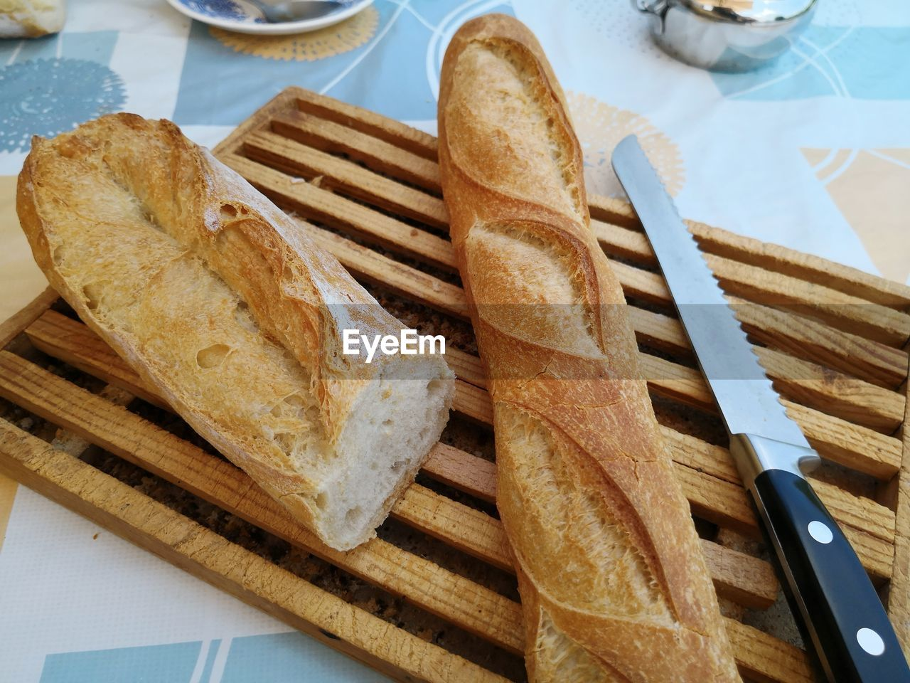 HIGH ANGLE VIEW OF BREAD AND CUTTING BOARD ON TABLE
