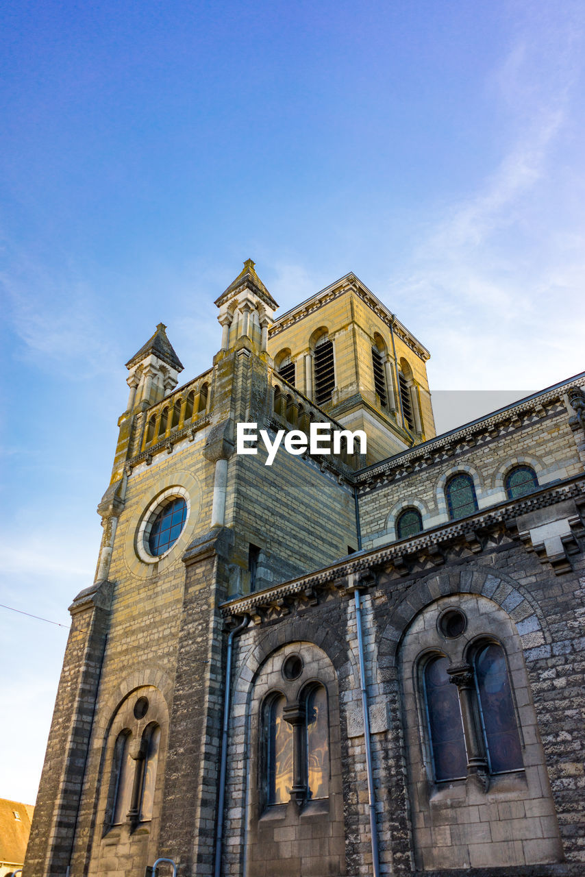 low angle view, sky, built structure, building exterior, architecture, belief, place of worship, religion, spirituality, building, nature, no people, history, travel destinations, the past, day, rose window, arch, outdoors, clock