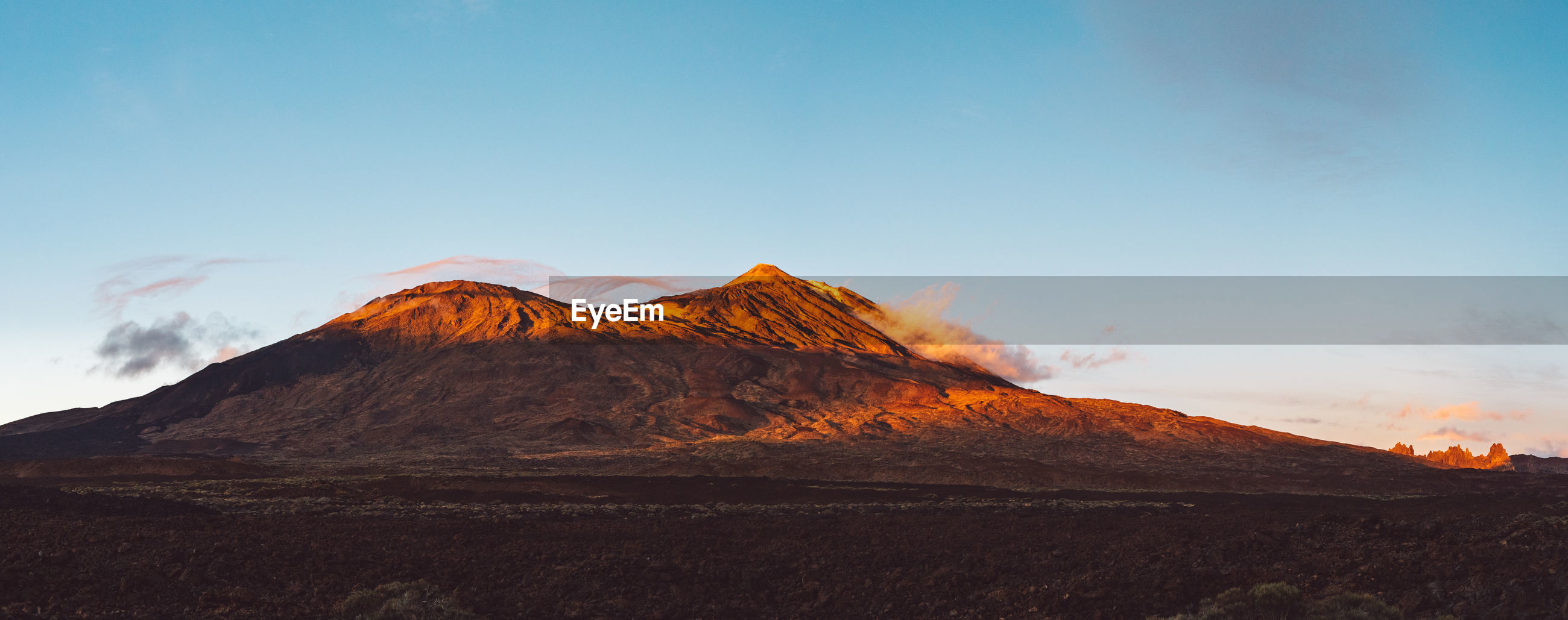 PANORAMIC VIEW OF VOLCANIC MOUNTAIN RANGE AGAINST SKY