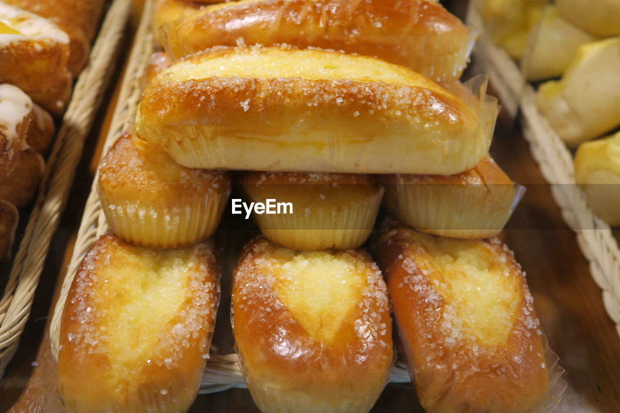 HIGH ANGLE VIEW OF BREAD IN TRAY