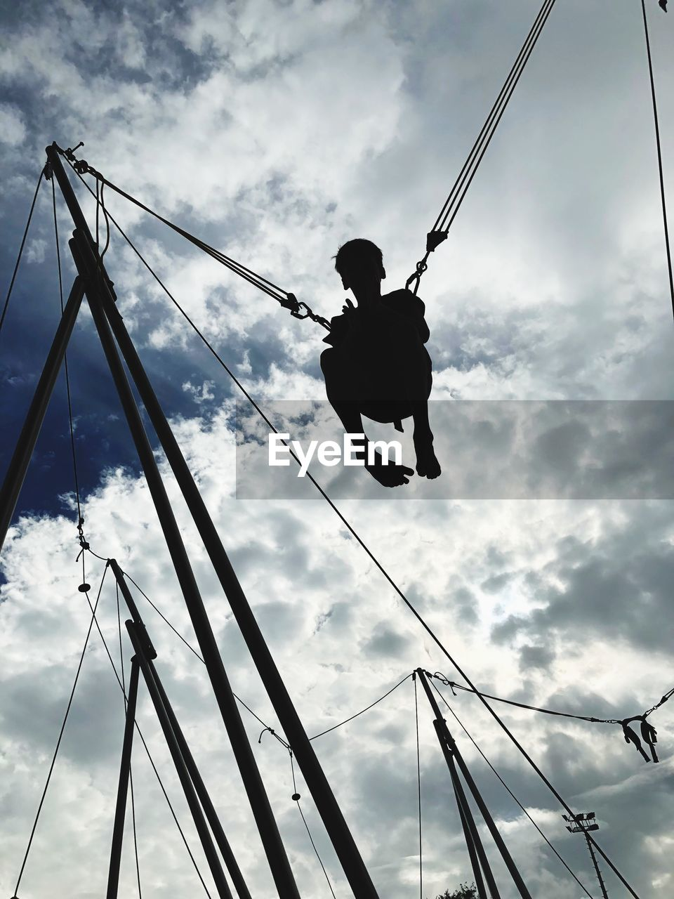 LOW ANGLE VIEW OF SILHOUETTE MAN AGAINST ROPE