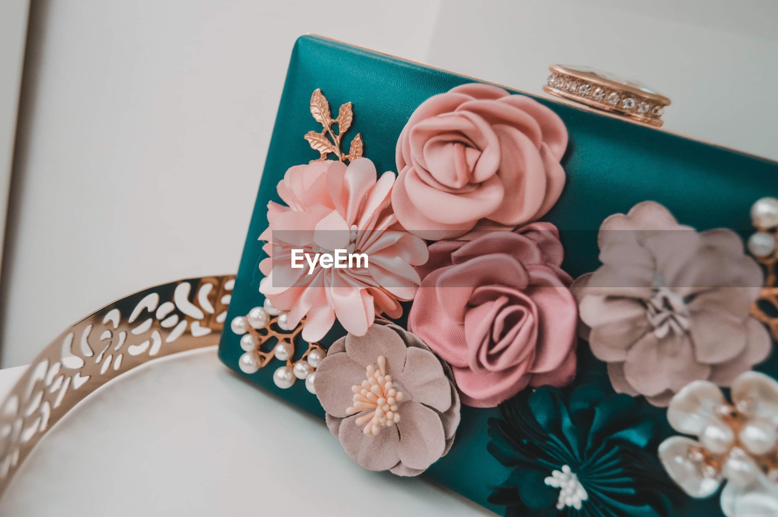 HIGH ANGLE VIEW OF ROSES IN BOUQUET ON TABLE