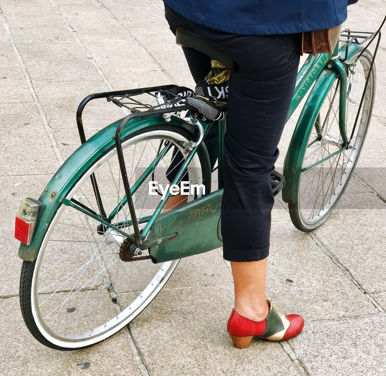 bicycle, mode of transport, transportation, land vehicle, outdoors, low section, human body part, human leg, real people, one person, day, standing, wheel, lifestyles, city, human hand, people