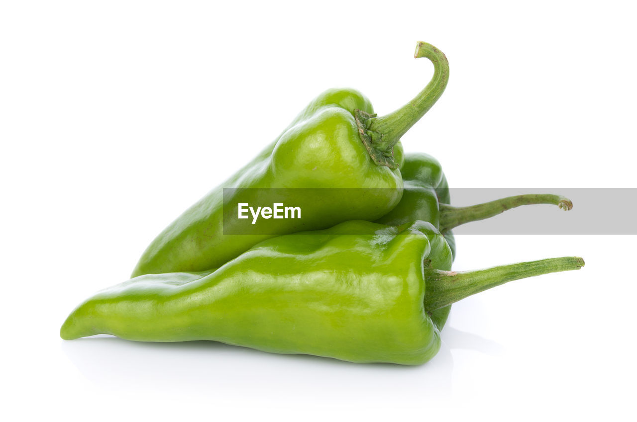 CLOSE-UP OF GREEN CHILI PEPPER