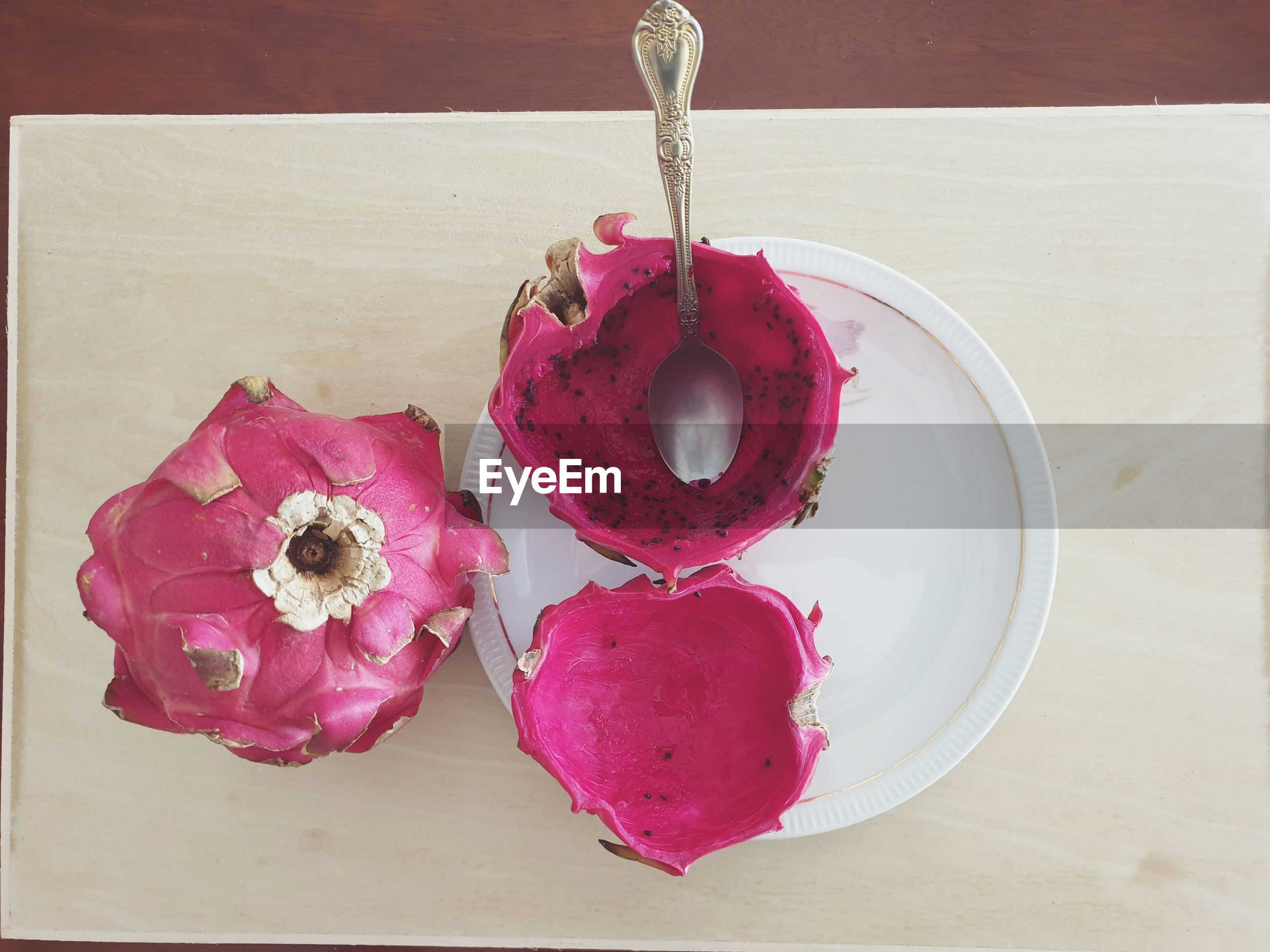 HIGH ANGLE VIEW OF PINK FLOWERS IN PLATE ON TABLE
