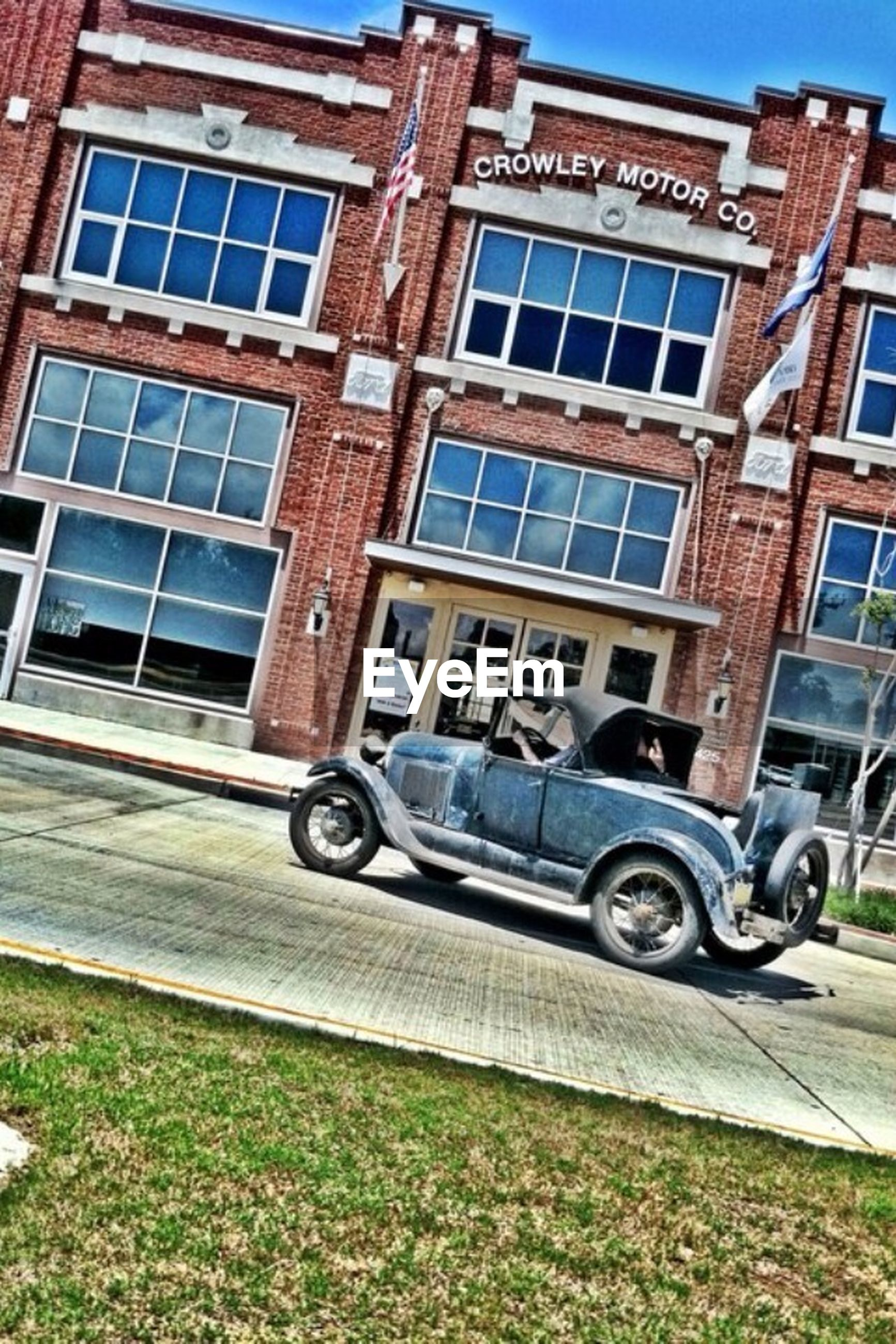 building exterior, land vehicle, transportation, architecture, mode of transport, built structure, bicycle, street, car, parked, stationary, parking, road, city, day, motorcycle, building, window, outdoors, sunlight