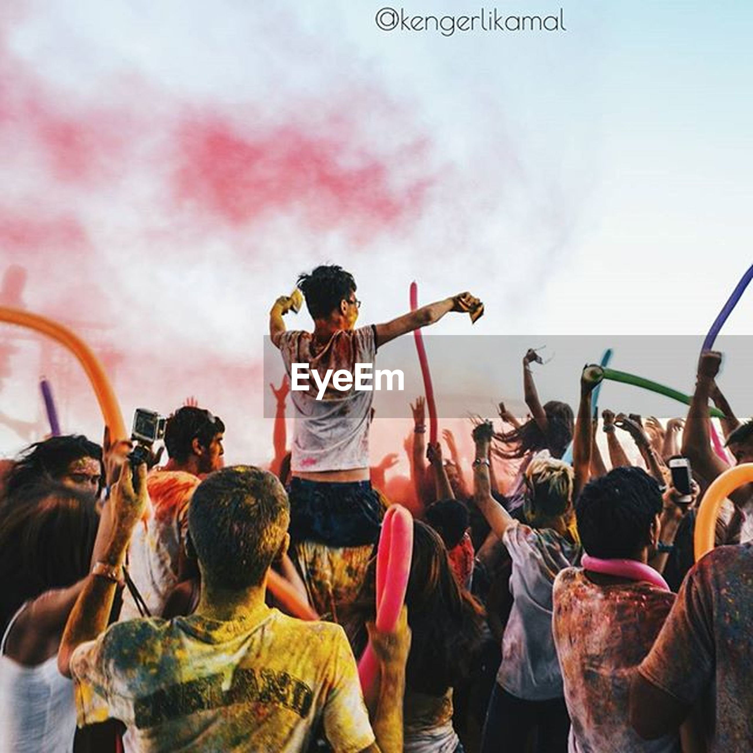 lifestyles, men, leisure activity, sky, large group of people, person, rear view, togetherness, casual clothing, cloud - sky, standing, cloudy, enjoyment, outdoors, cloud, crowd, full length, day, fun