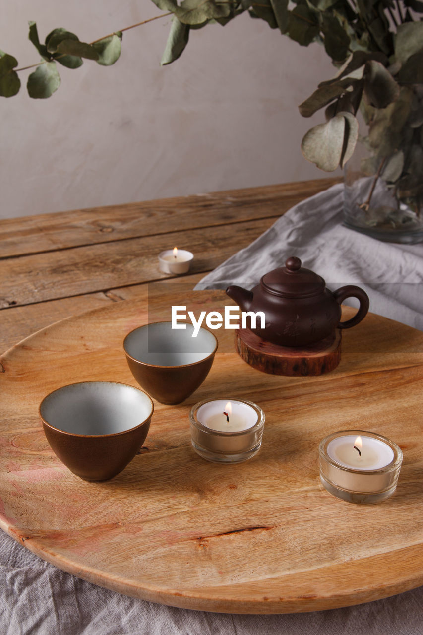 HIGH ANGLE VIEW OF TEA CUP AND TABLE