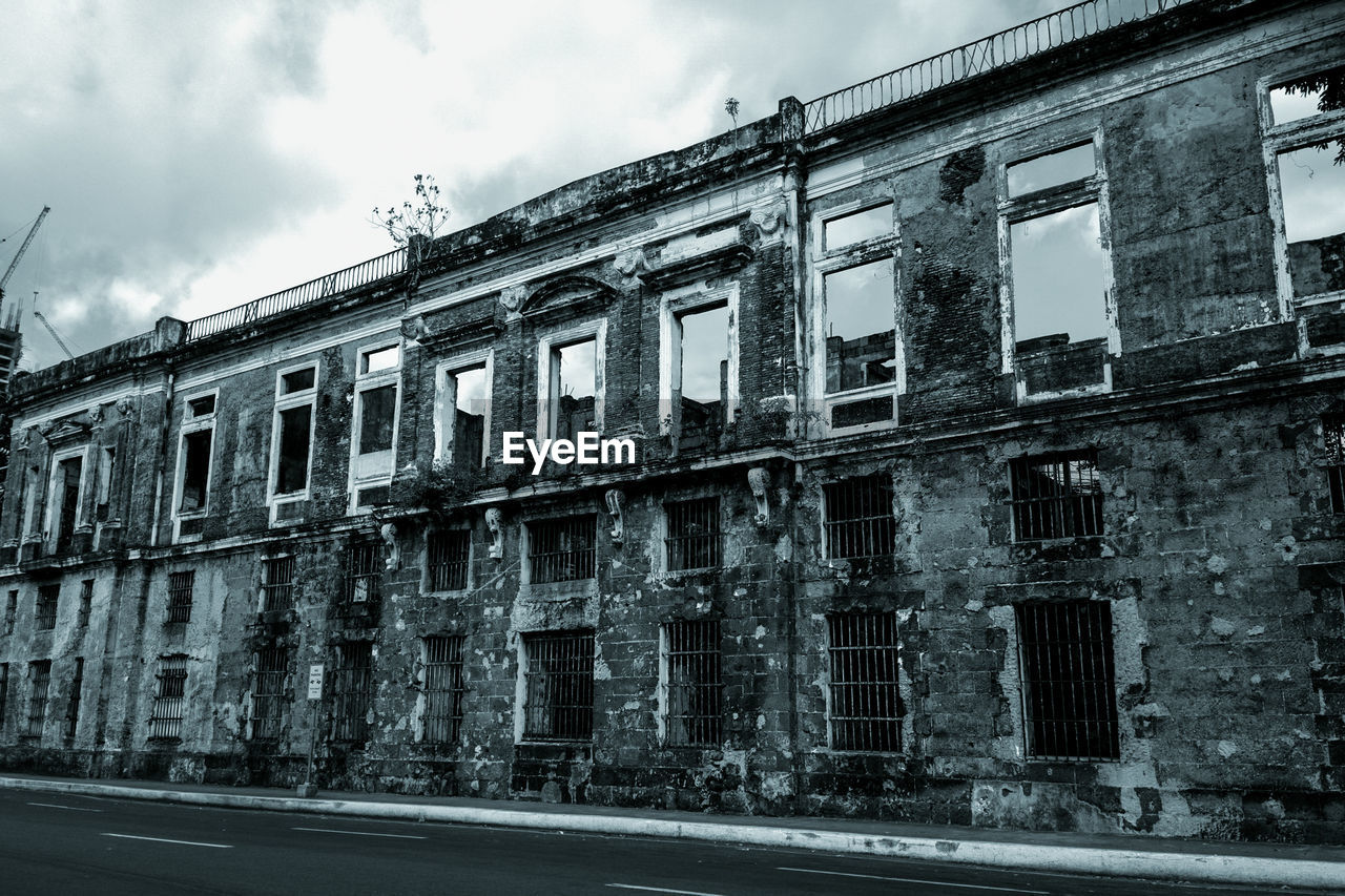 building exterior, architecture, abandoned, window, sky, built structure, outdoors, no people, day