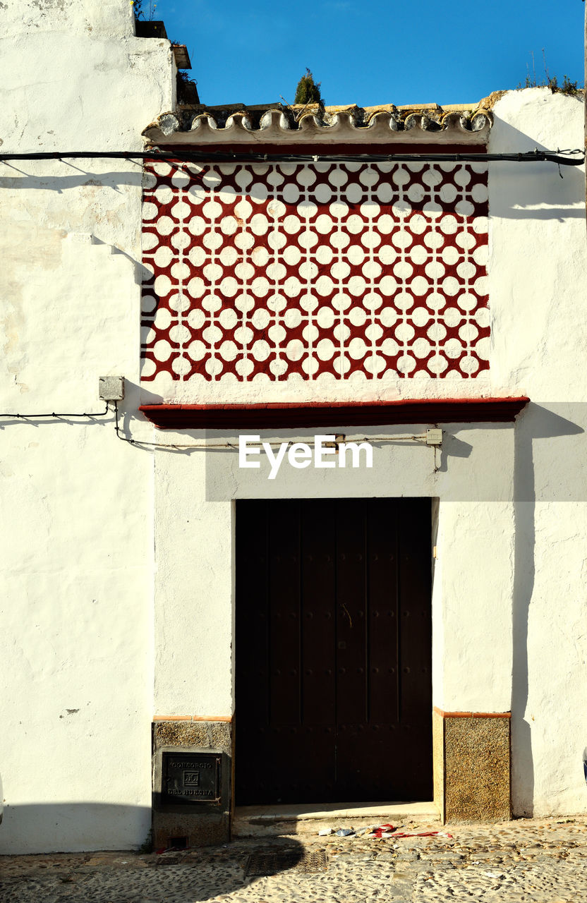 architecture, building exterior, built structure, day, outdoors, no people, window