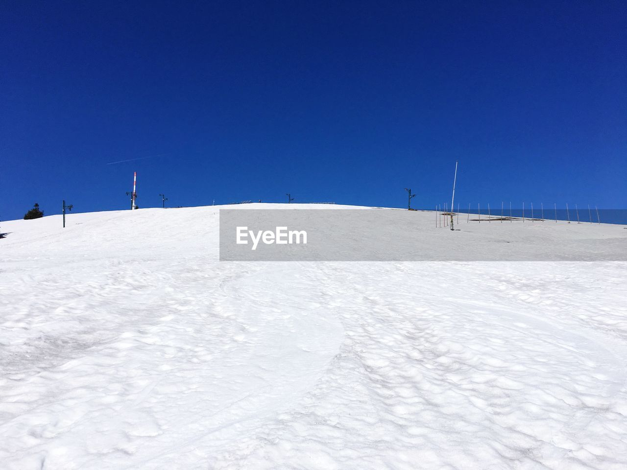 snow, winter, cold temperature, sky, clear sky, land, tranquility, tranquil scene, scenics - nature, blue, nature, white color, environment, copy space, beauty in nature, day, landscape, non-urban scene, field, outdoors, ski slope, snowcapped mountain, ski resort