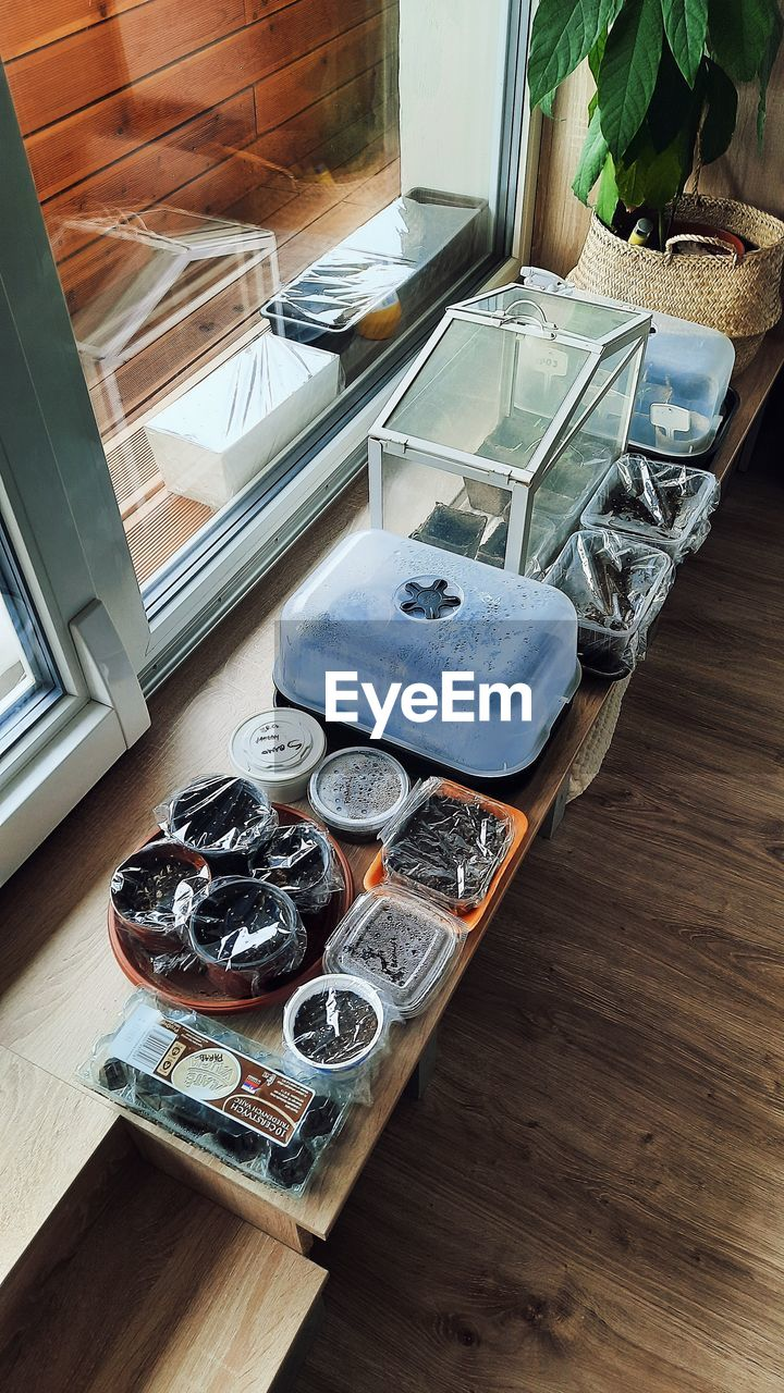 HIGH ANGLE VIEW OF COINS ON TABLE IN ROOM