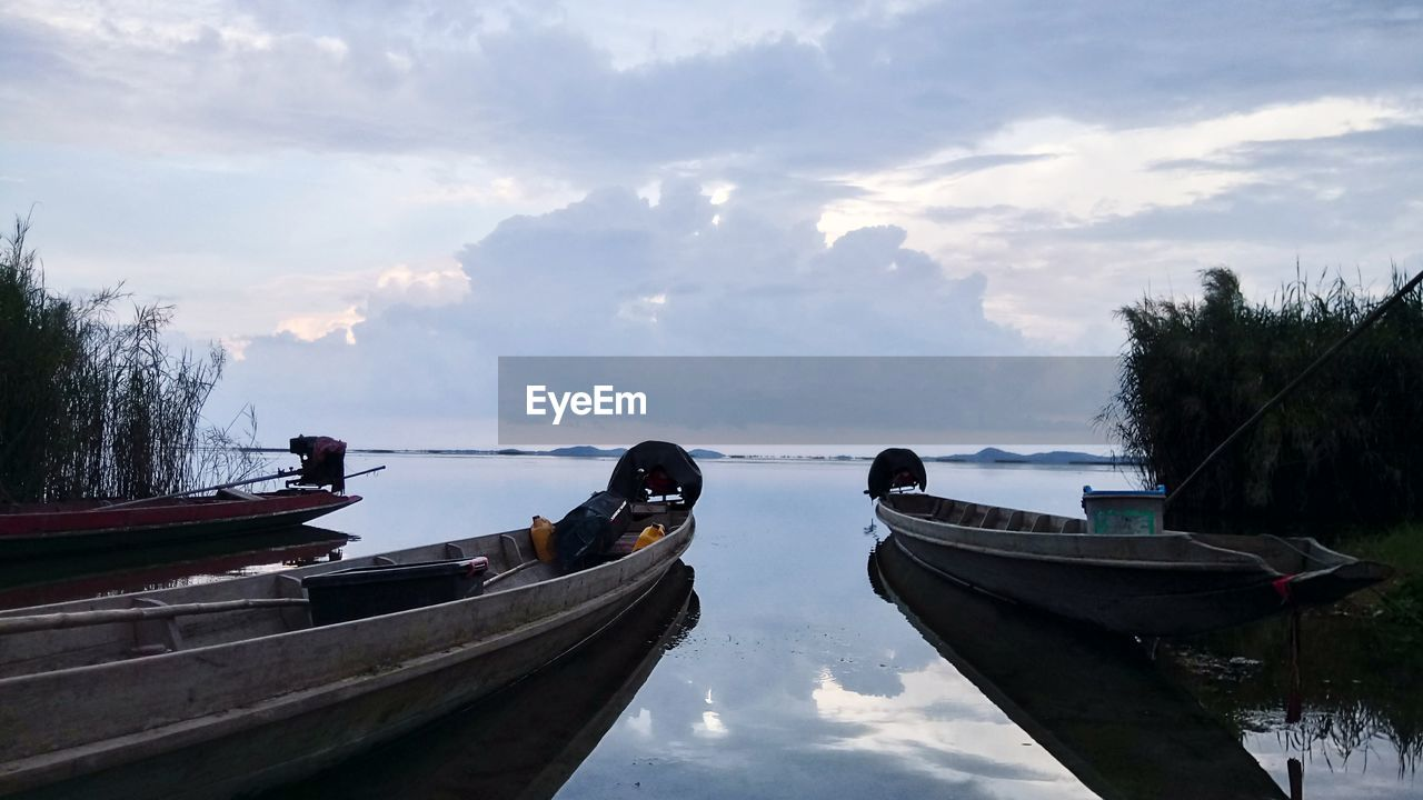 PANORAMIC VIEW OF BOATS MOORED AT SHORE AGAINST SKY