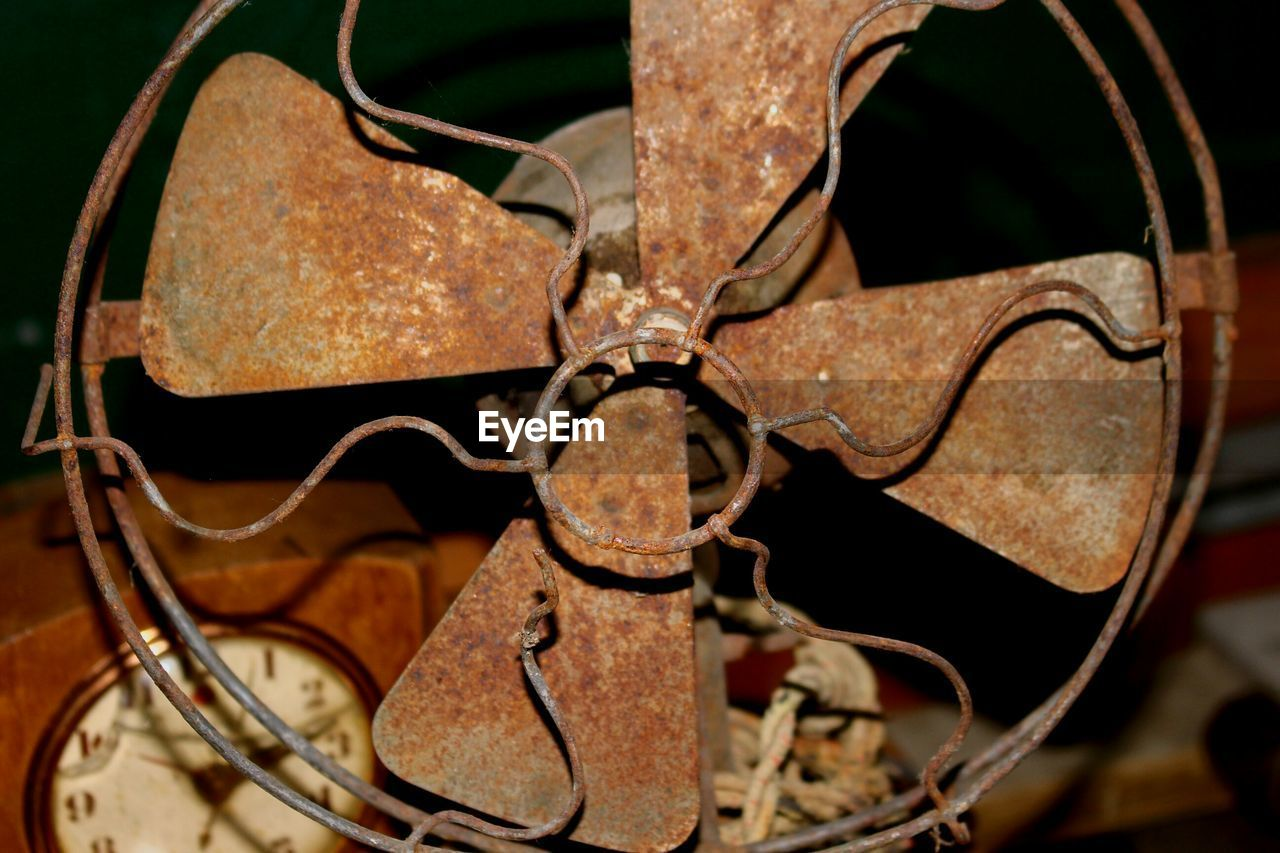 metal, no people, machinery, close-up, rusty, abandoned, bad condition, indoors, day