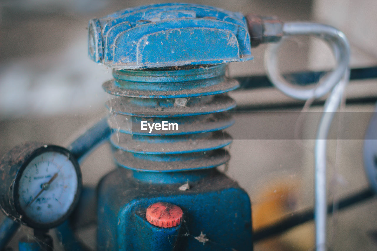 metal, close-up, focus on foreground, no people, valve, equipment, machinery, connection, machine part, pipe - tube, indoors, rusty, old, stack, technology, day, blue, still life, gauge, machine valve