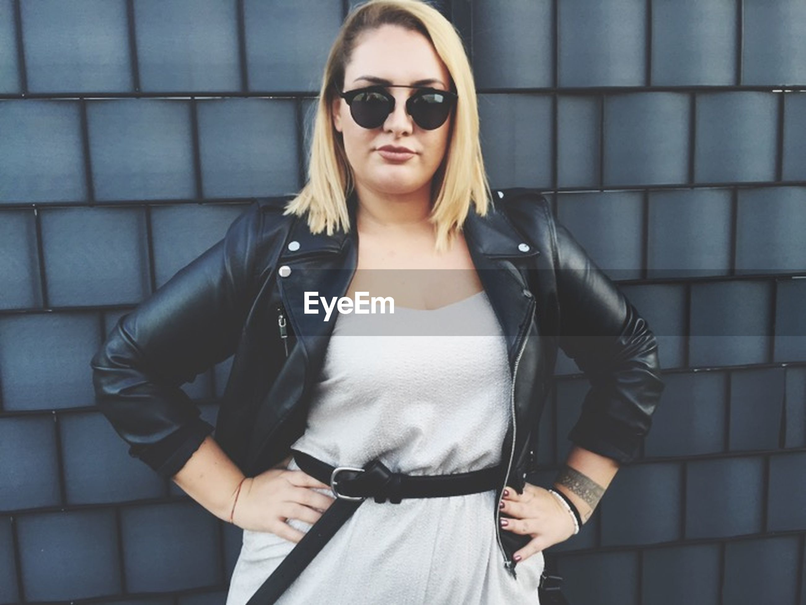 young adult, looking at camera, portrait, front view, lifestyles, person, casual clothing, young women, standing, leisure activity, sunglasses, fashion, three quarter length, confidence, waist up, smiling