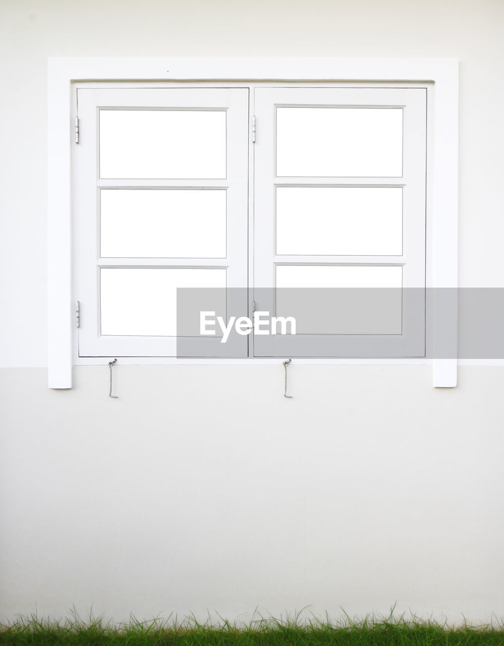 white color, no people, frame, picture frame, wall - building feature, window, indoors, architecture, art and craft, design, home interior, museum, copy space, domestic room, empty, shape, built structure, blank, paintings, plant