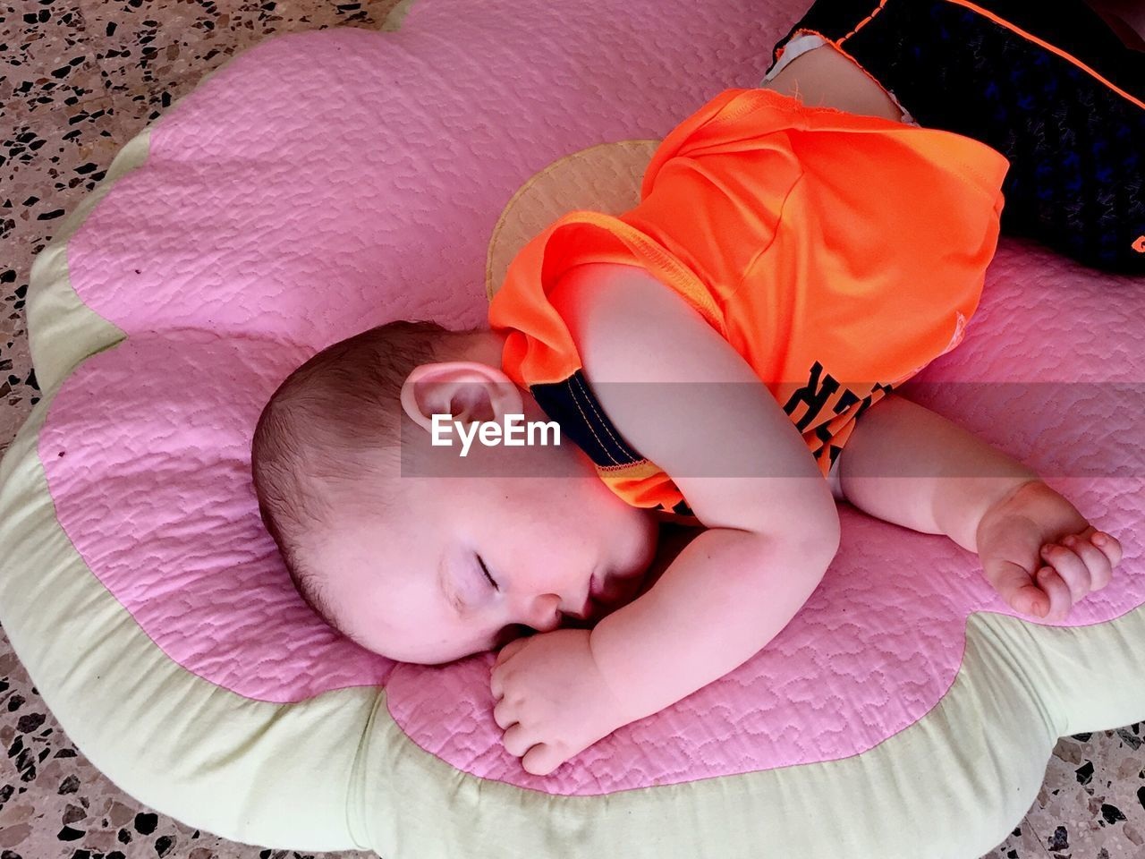 sleeping, real people, childhood, baby, lying down, bed, innocence, eyes closed, cute, one person, relaxation, babyhood, high angle view, lying on back, comfortable, fragility, indoors, new life, newborn, day, close-up, bedroom, people