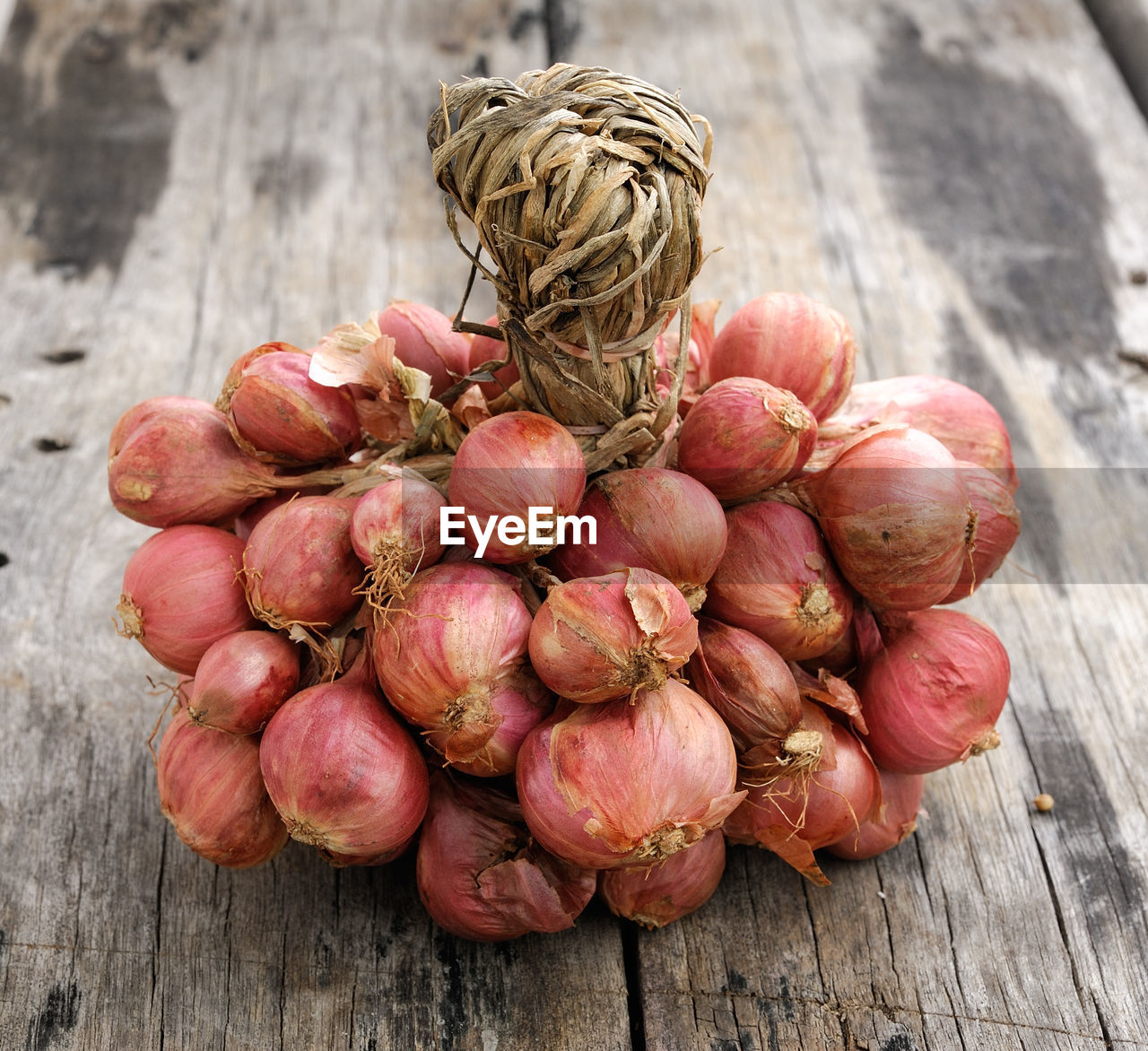 food and drink, food, healthy eating, freshness, wellbeing, wood - material, still life, table, vegetable, no people, close-up, day, high angle view, raw food, focus on foreground, large group of objects, brown, onion, outdoors, red