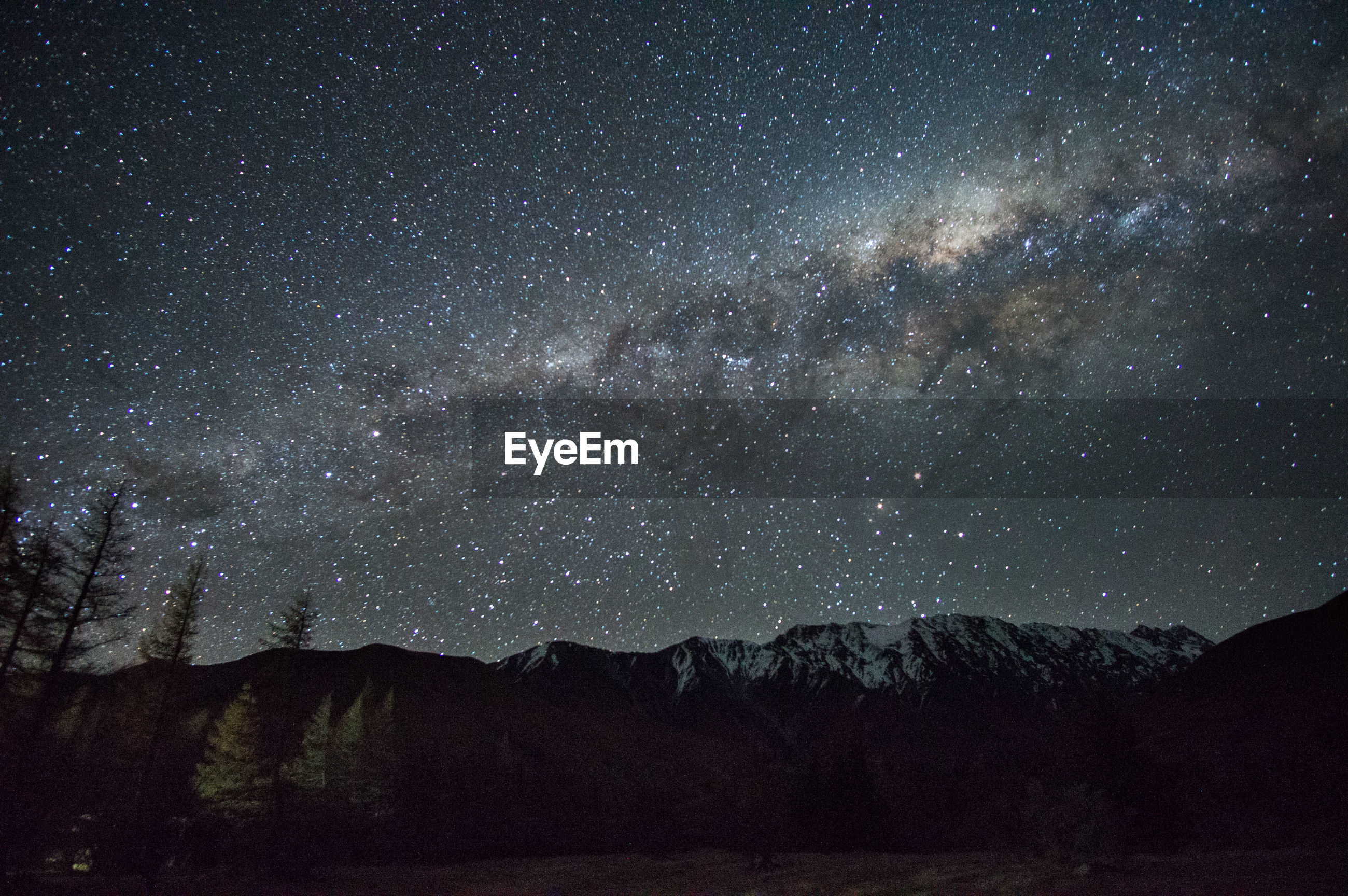 SCENIC VIEW OF SILHOUETTE MOUNTAIN AGAINST STAR FIELD