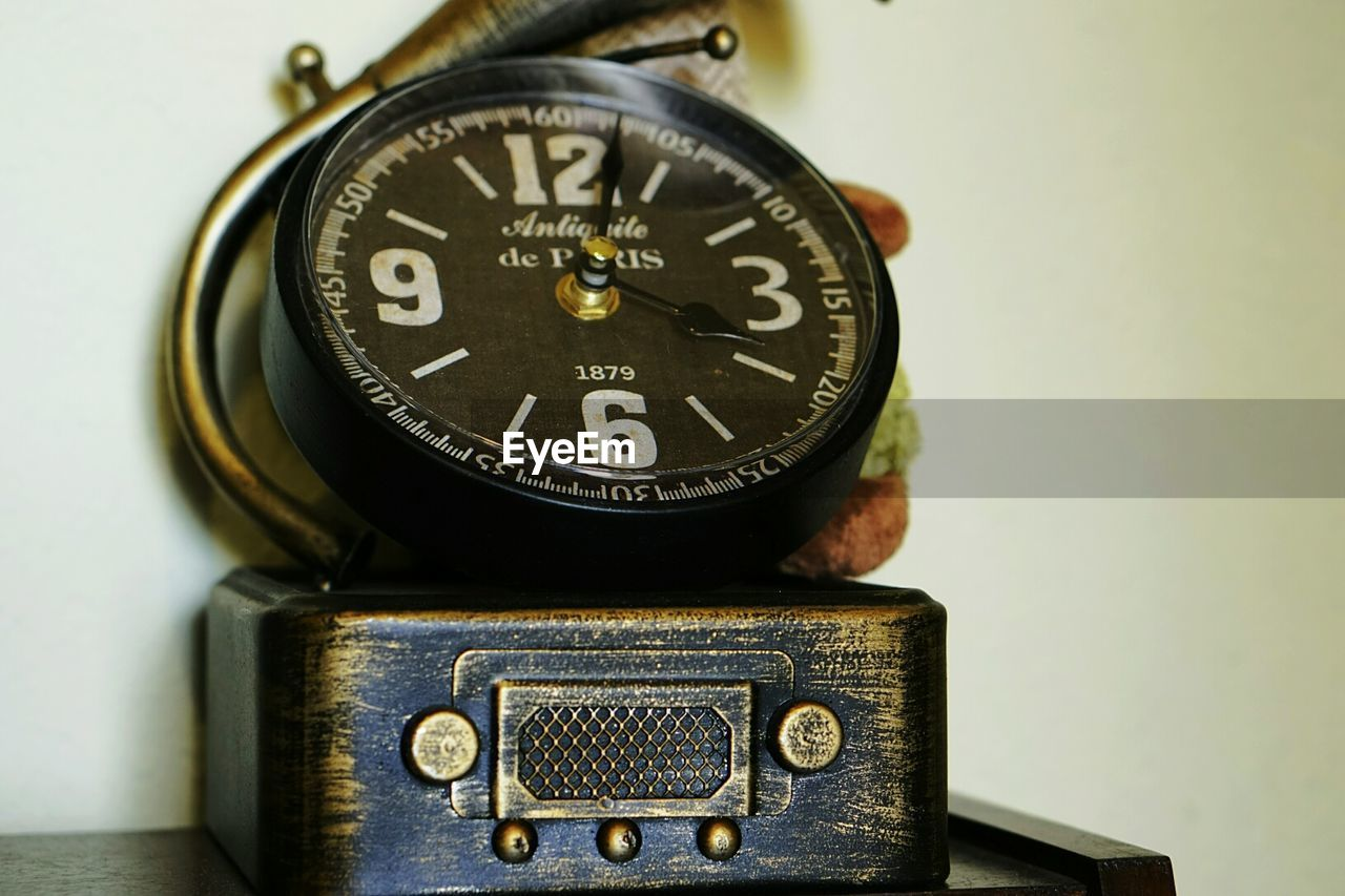 old-fashioned, no people, table, close-up, vintage, camera - photographic equipment, indoors, technology, time, day