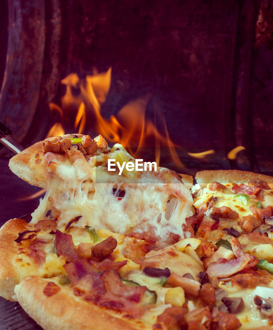 CLOSE-UP OF PIZZA ON BARBECUE