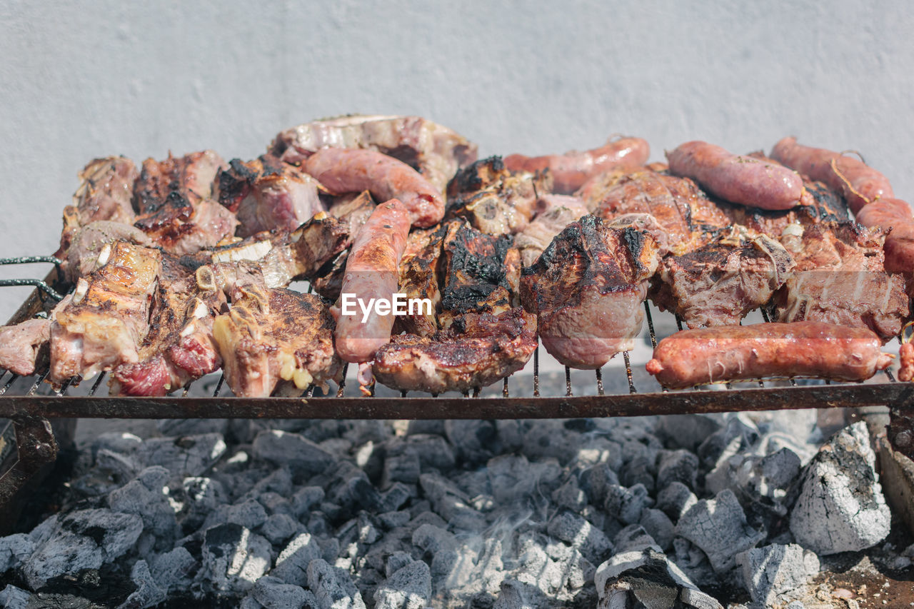 HIGH ANGLE VIEW OF MEAT ON GRILL