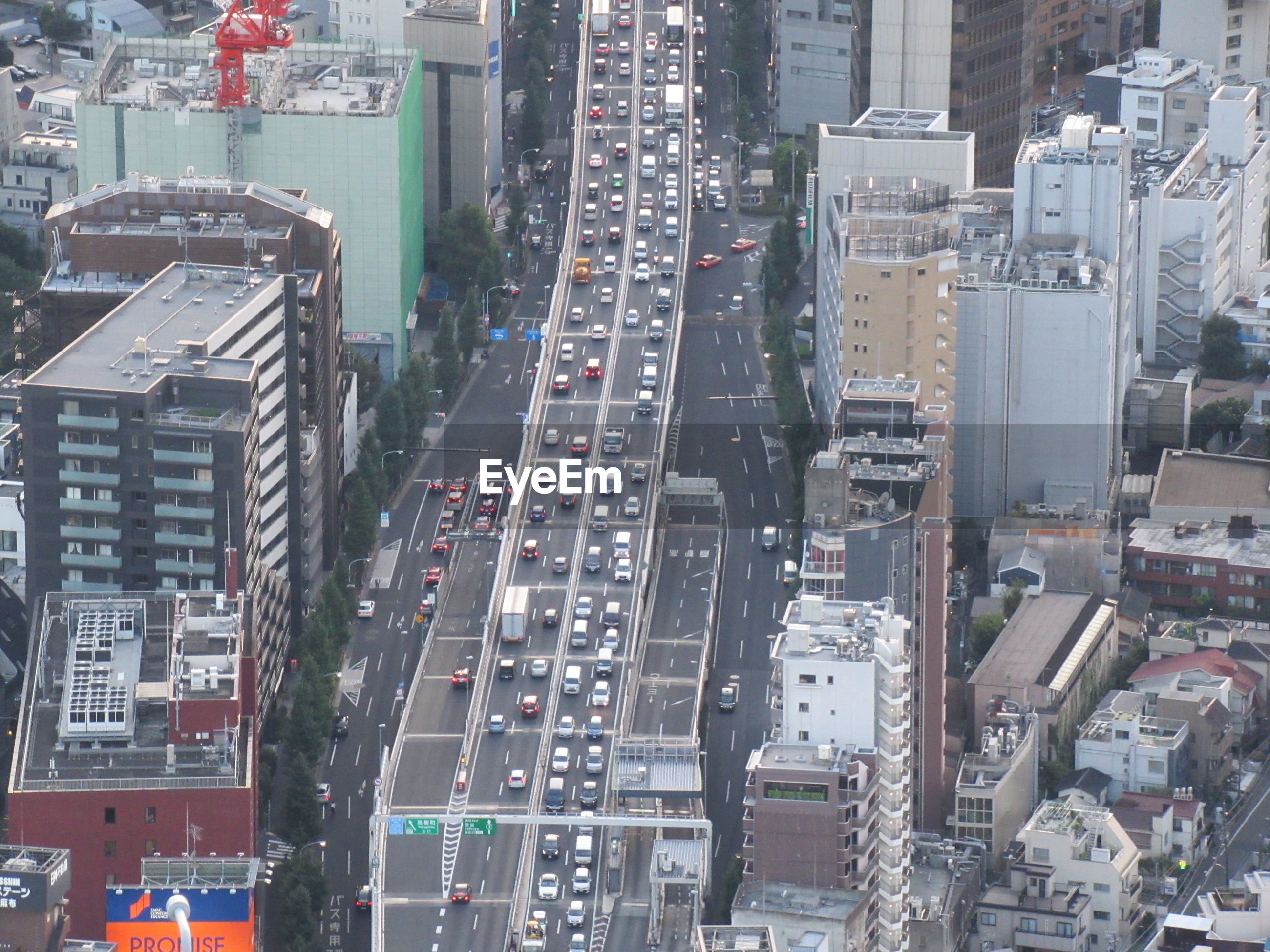 HIGH ANGLE VIEW OF TRAFFIC ON CITY STREET