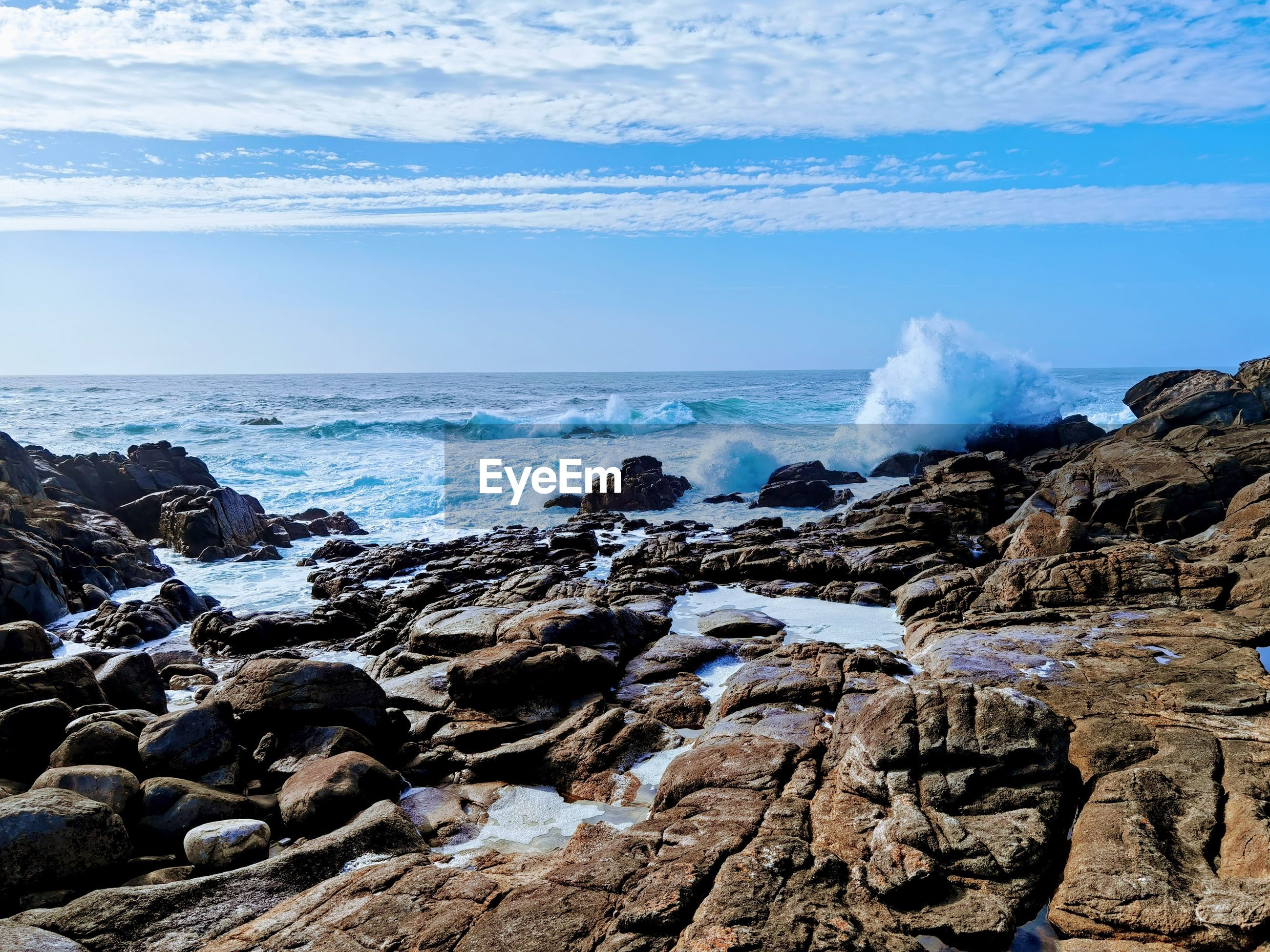 SCENIC VIEW OF SEA AGAINST ROCKS