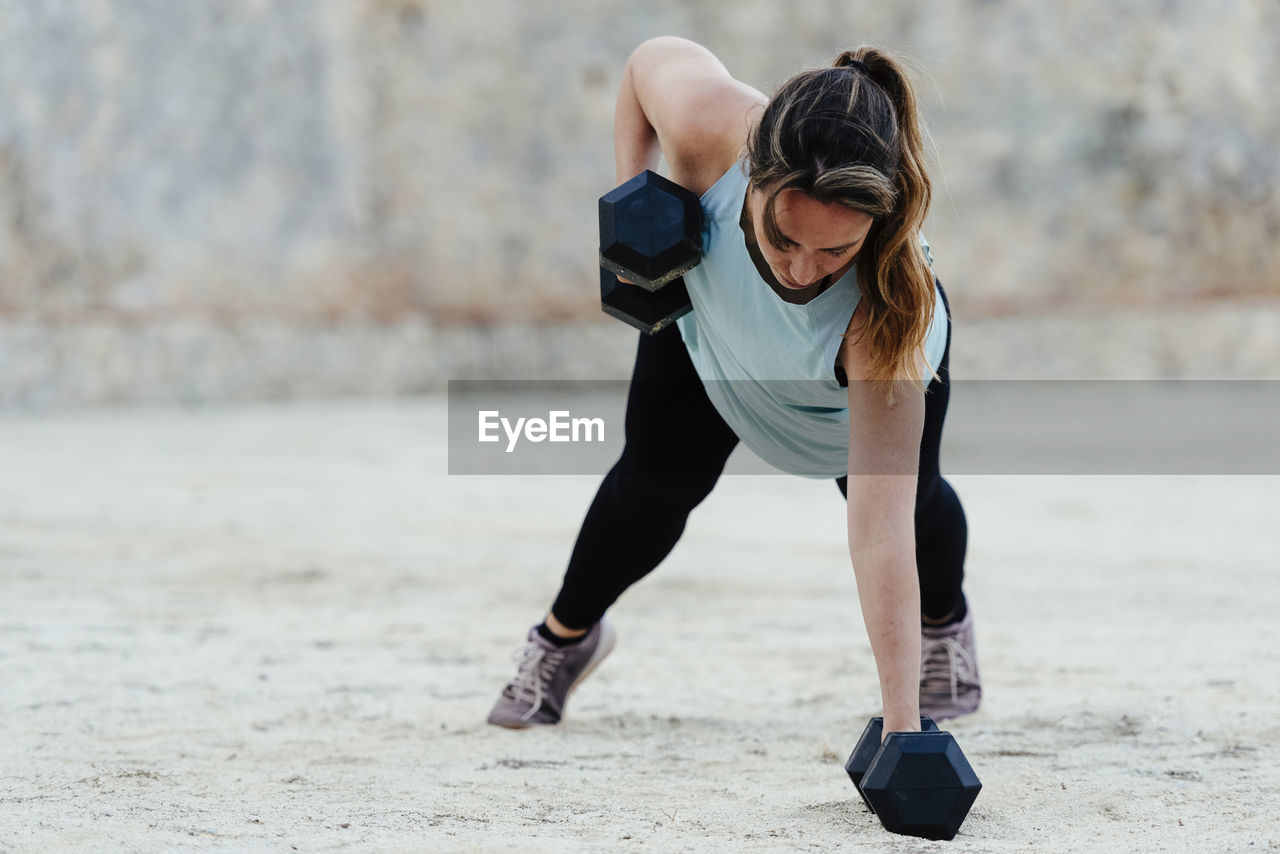 FULL LENGTH OF WOMAN ENJOYING ON BEACH
