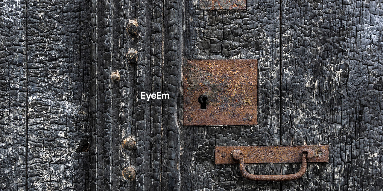 metal, close-up, no people, full frame, old, rusty, backgrounds, textured, lock, door, weathered, protection, entrance, safety, security, wood - material, decline, day, deterioration, padlock, outdoors, latch, textured effect