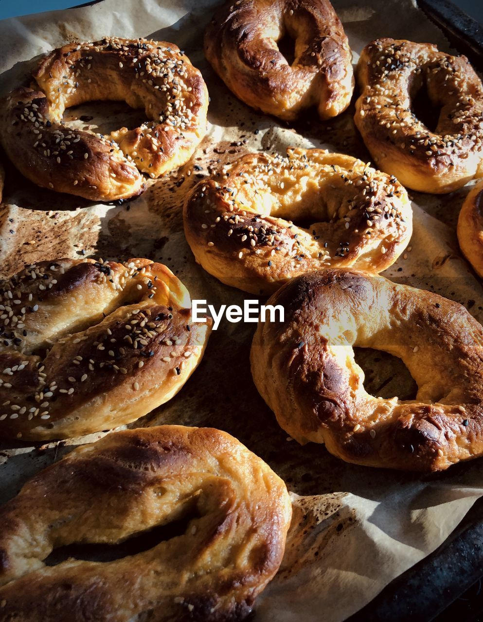 HIGH ANGLE VIEW OF BREAD ON TRAY