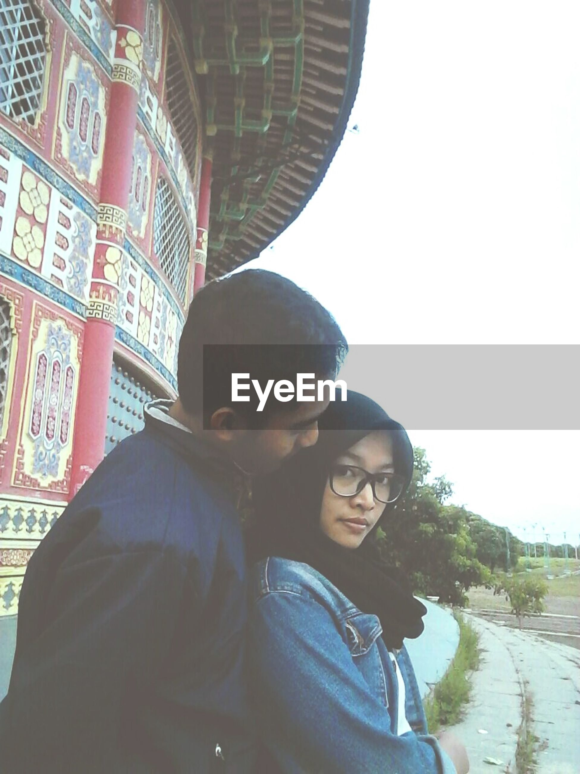 two people, togetherness, heterosexual couple, lifestyles, couple - relationship, women, men, bonding, young adult, adult, young women, people, smiling, adults only, happiness, eyeglasses, technology, outdoors, day