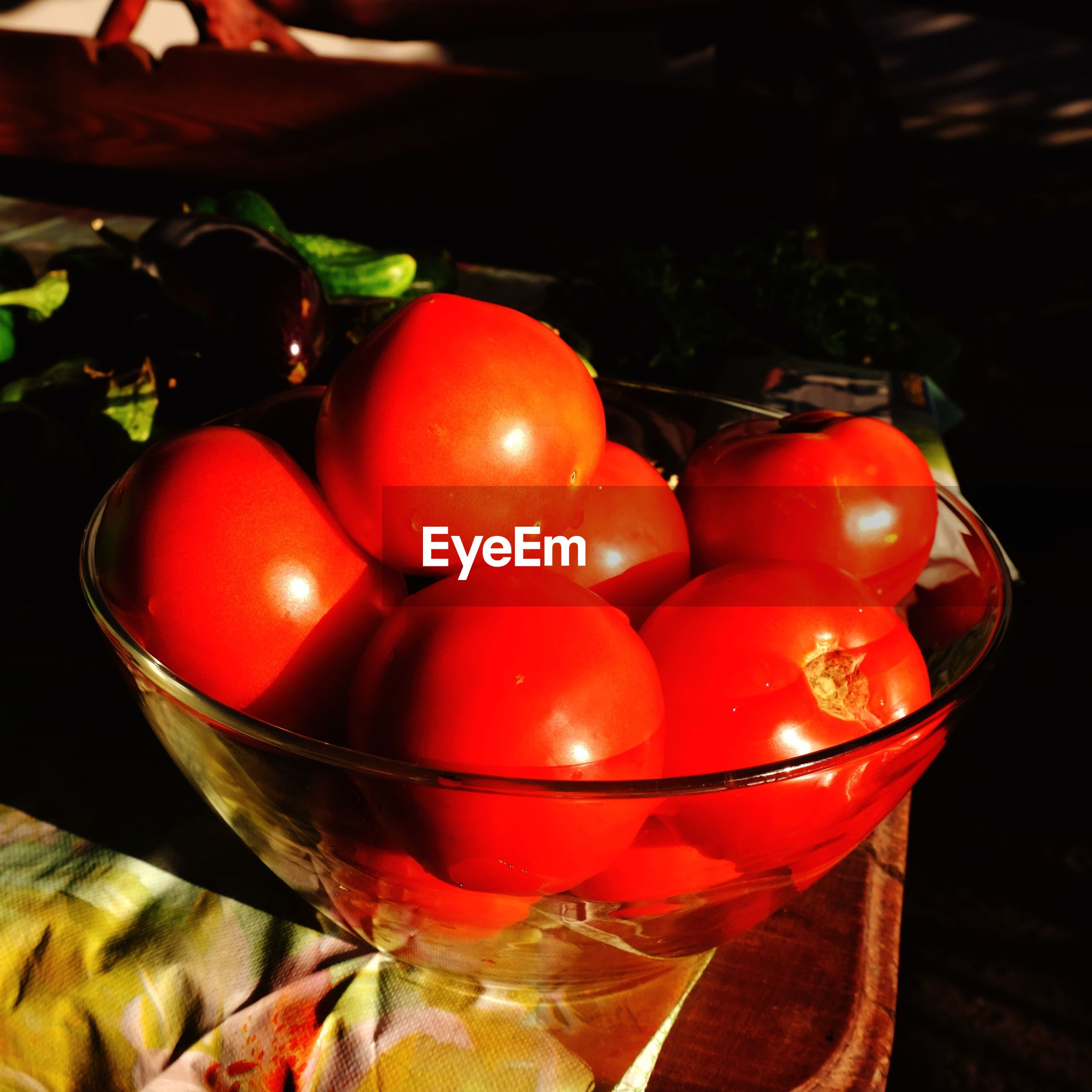 Close-up of fresh tomatoes in bowl on table