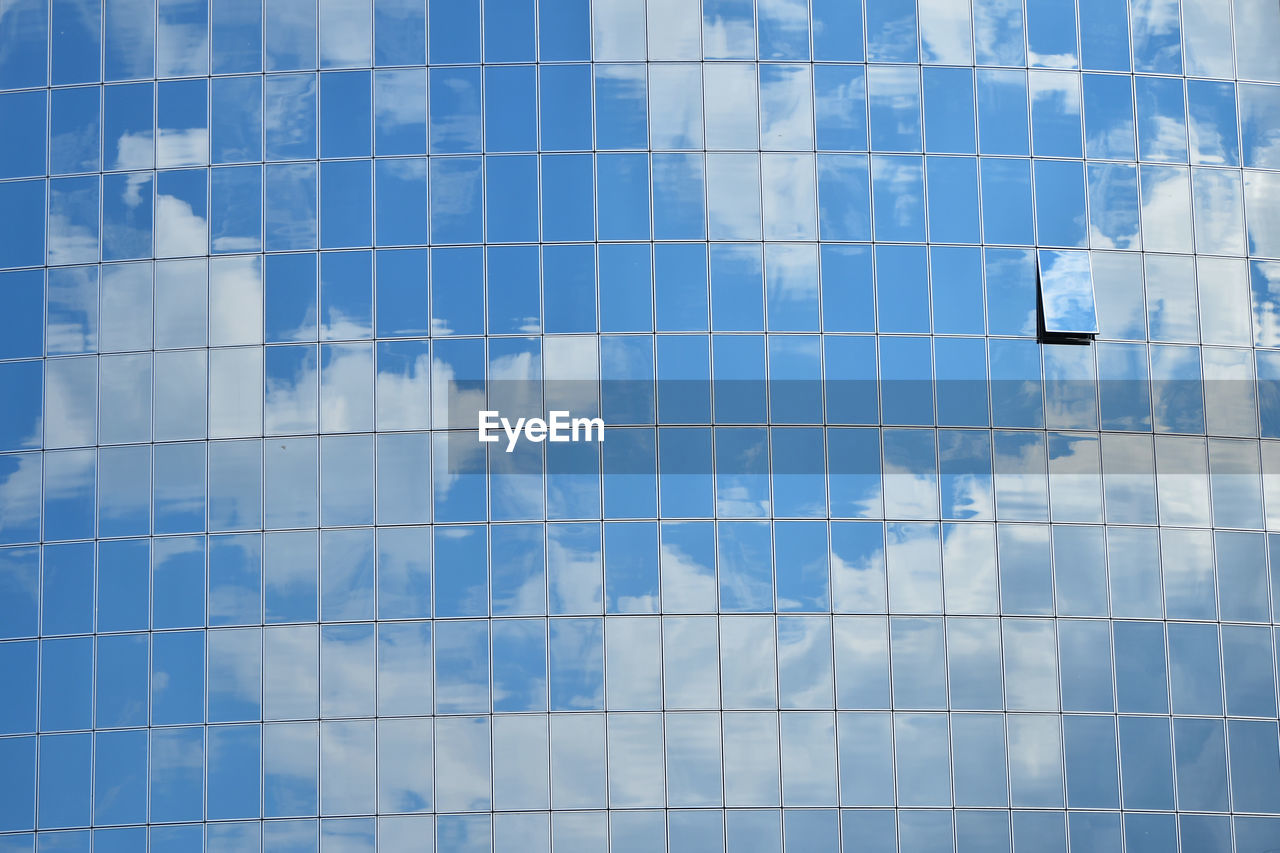 Full Frame Shot Of Clouds Reflection On Modern Glass Skyscraper