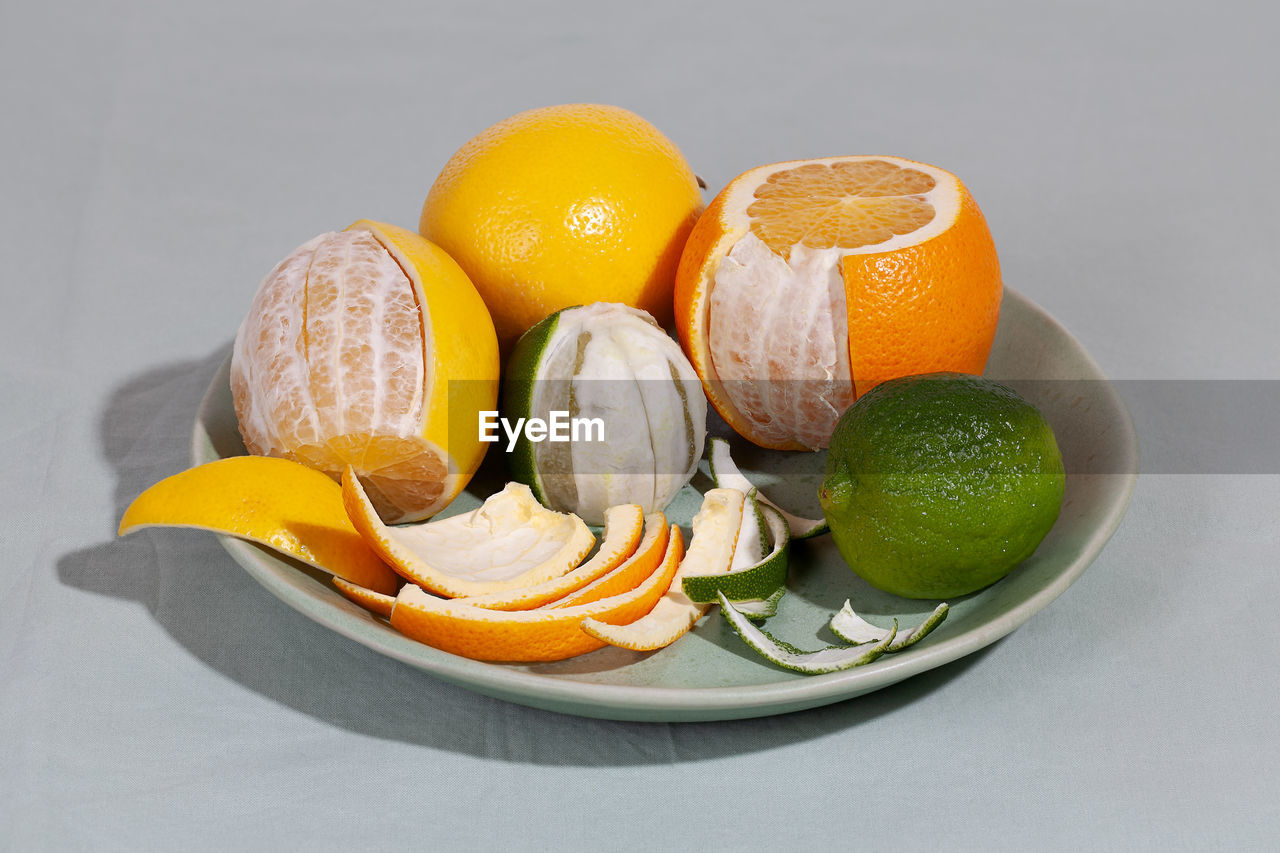 CLOSE-UP OF ORANGE FRUIT IN PLATE